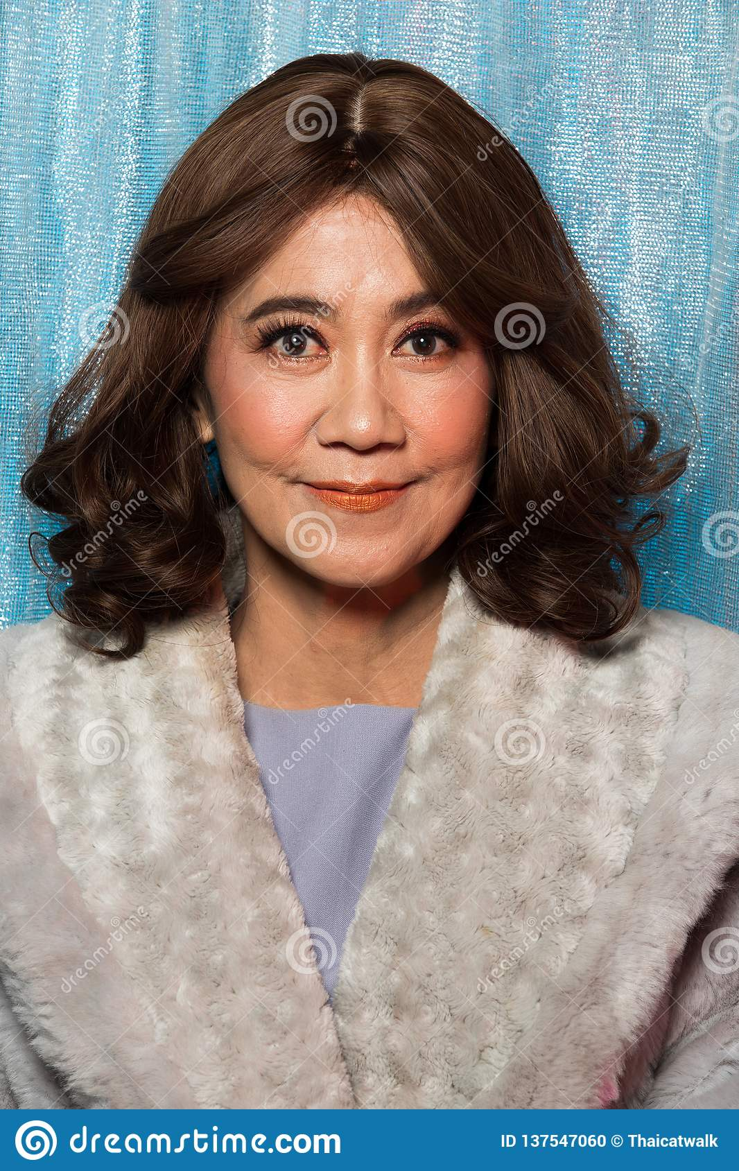 Stående för kvinna för gammalt mode för 50-tal60-talår asiatisk