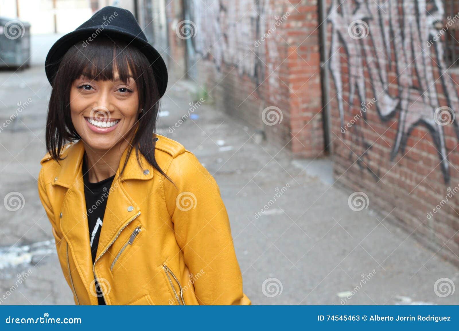 Stående för livsstilfotofors av den afrikanska etniska flickan för kall moderiktig stilfull sexig hipster med septumpiercingcirke