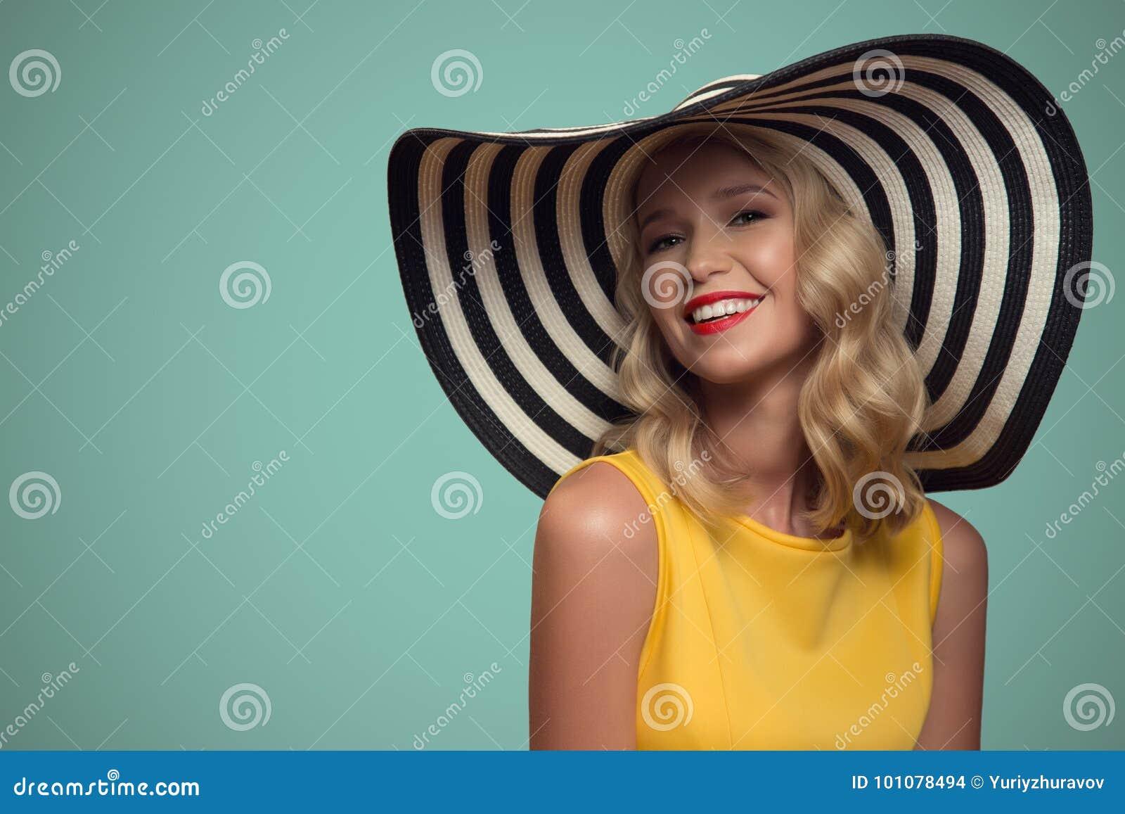 Stående för popkonst av den härliga kvinnan i hatt background card congratulation invitation
