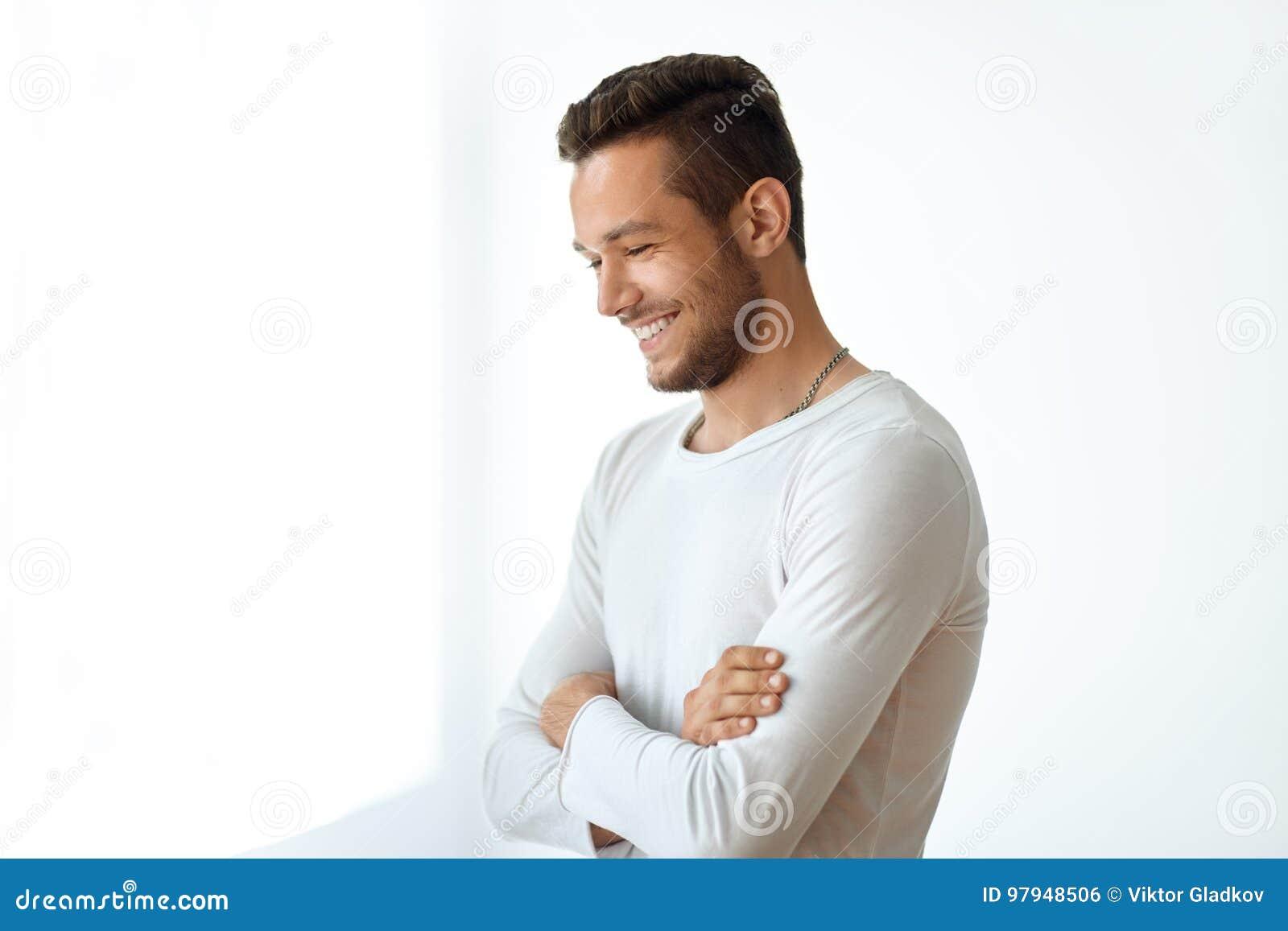 Stående för sidosikt av att le den stiliga mannen på vit bakgrund