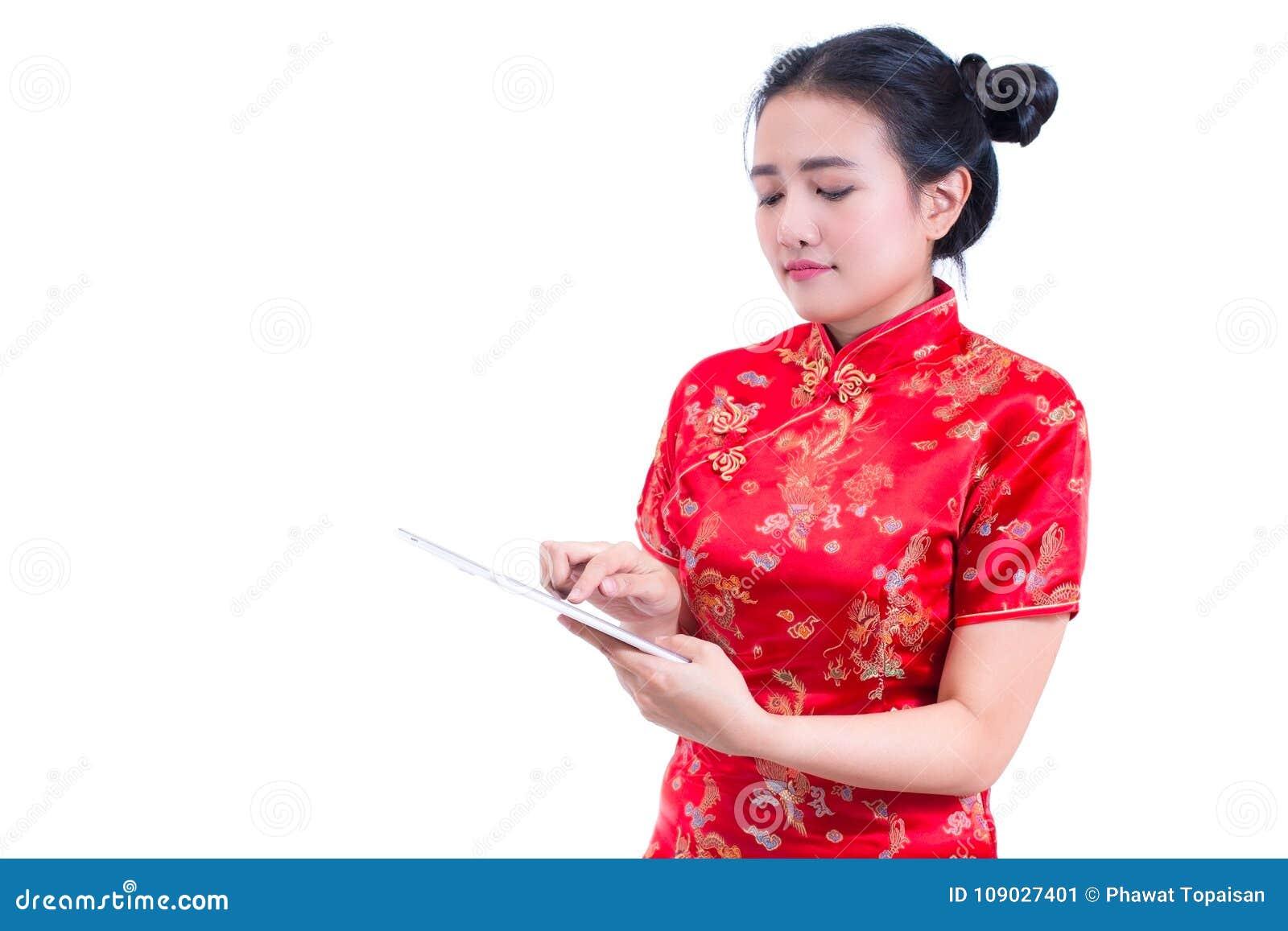Stående för sidosikt av cheongsam eller qipaoen för härlig ung asiatisk klänning för kvinnakläder kinesisk traditionell genom att