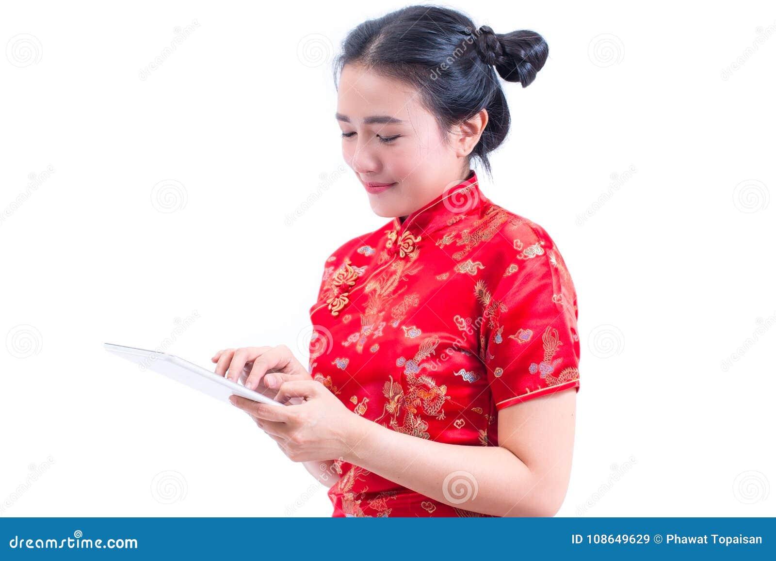 Stående för sidosikt av härlig ung asiatisk kines D för kvinnakläder
