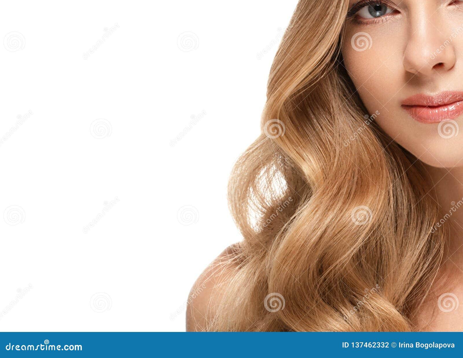 Stående för skönhetkvinnaframsida Härlig brunnsortmodellflicka med perfekt ny ren hud