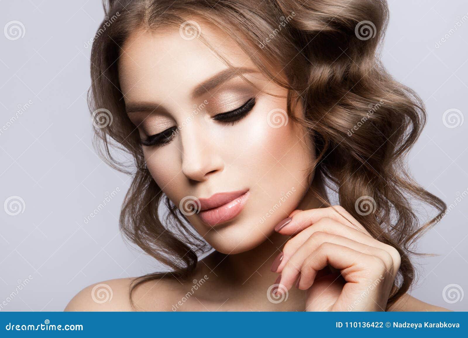 Stående för skönhetkvinnaframsida Härlig modell Girl med perfekt ny ren hud