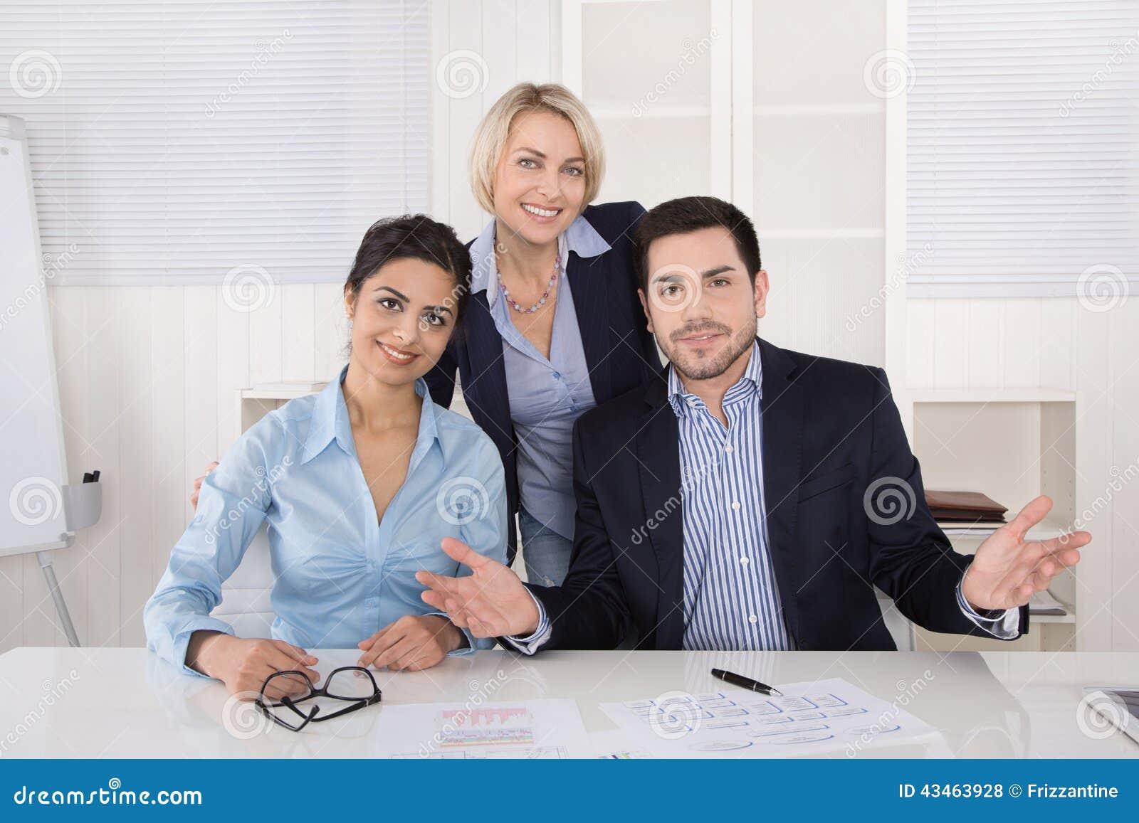 Stående: lyckat le affärslag av tre personer; man