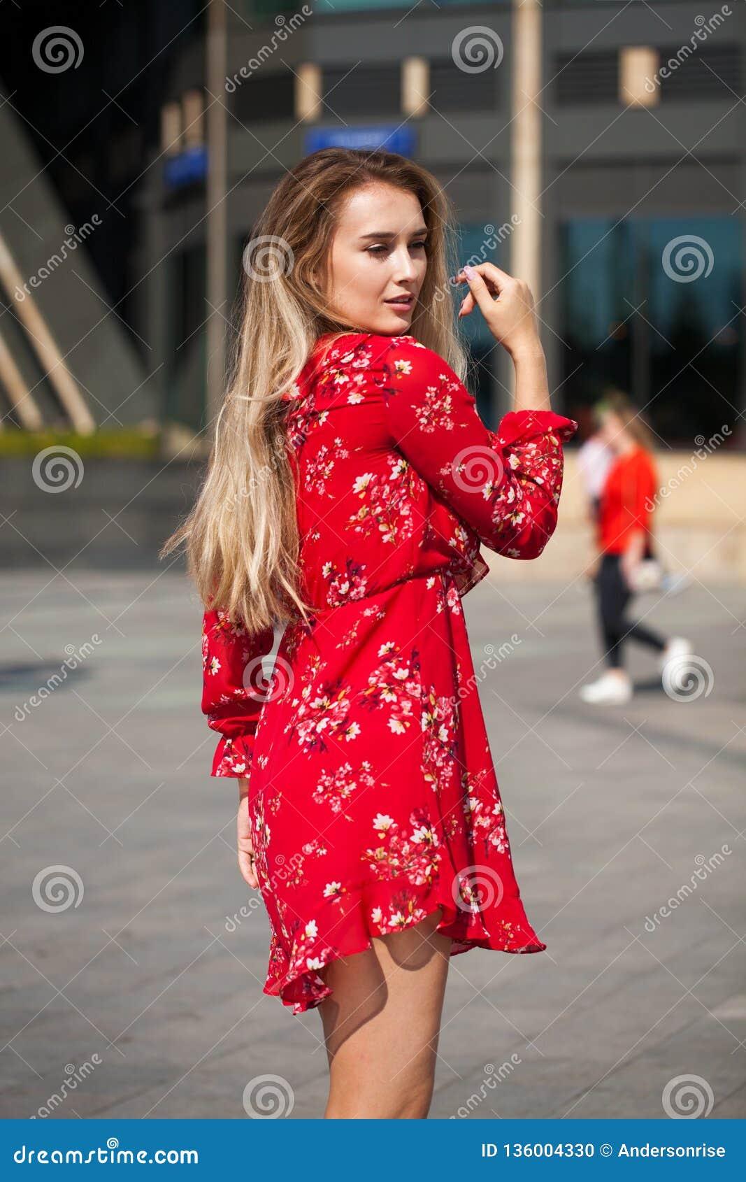 Stående som är nära upp av ung härlig blond kvinna