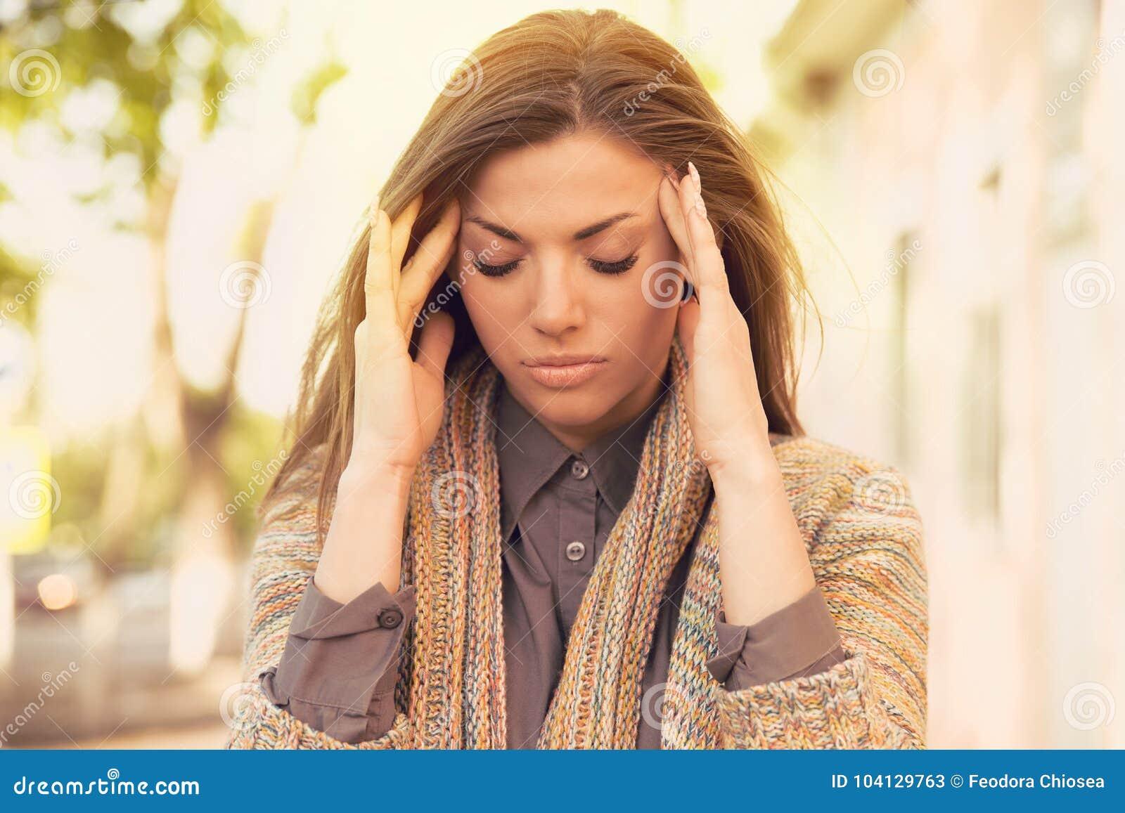 Stående stressad ledsen kvinna utomhus Spänning för stadslivstil
