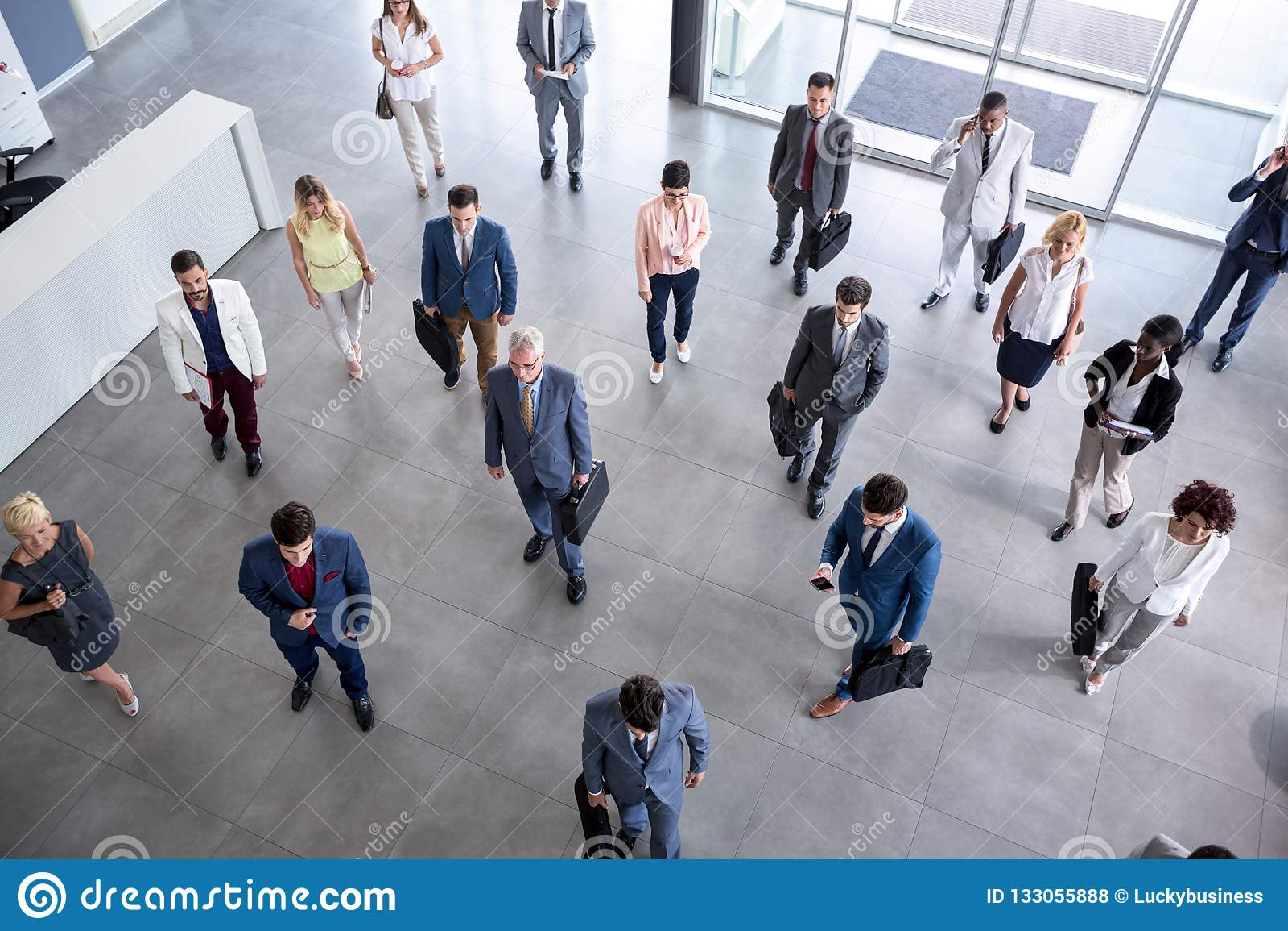 Ståendeaffärsfolk i dräkten som går på affärsmöte