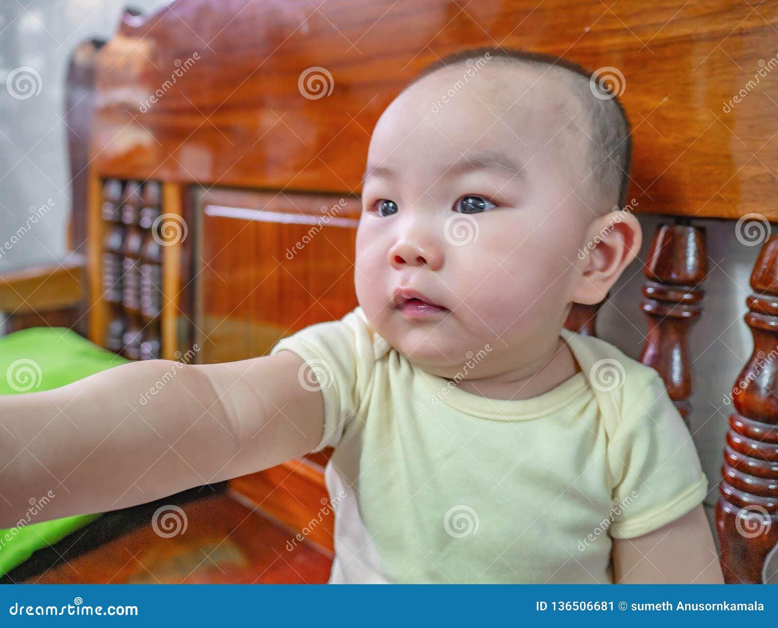 Ståendefoto av Cutie och den stiliga asiatiska pojken