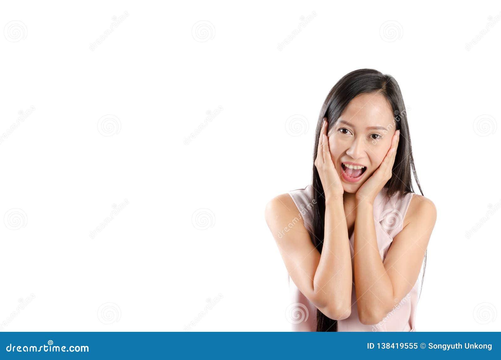 Ståendefoto av den asiatiska kvinnan med den lyckliga uttrycksframsidan och leende