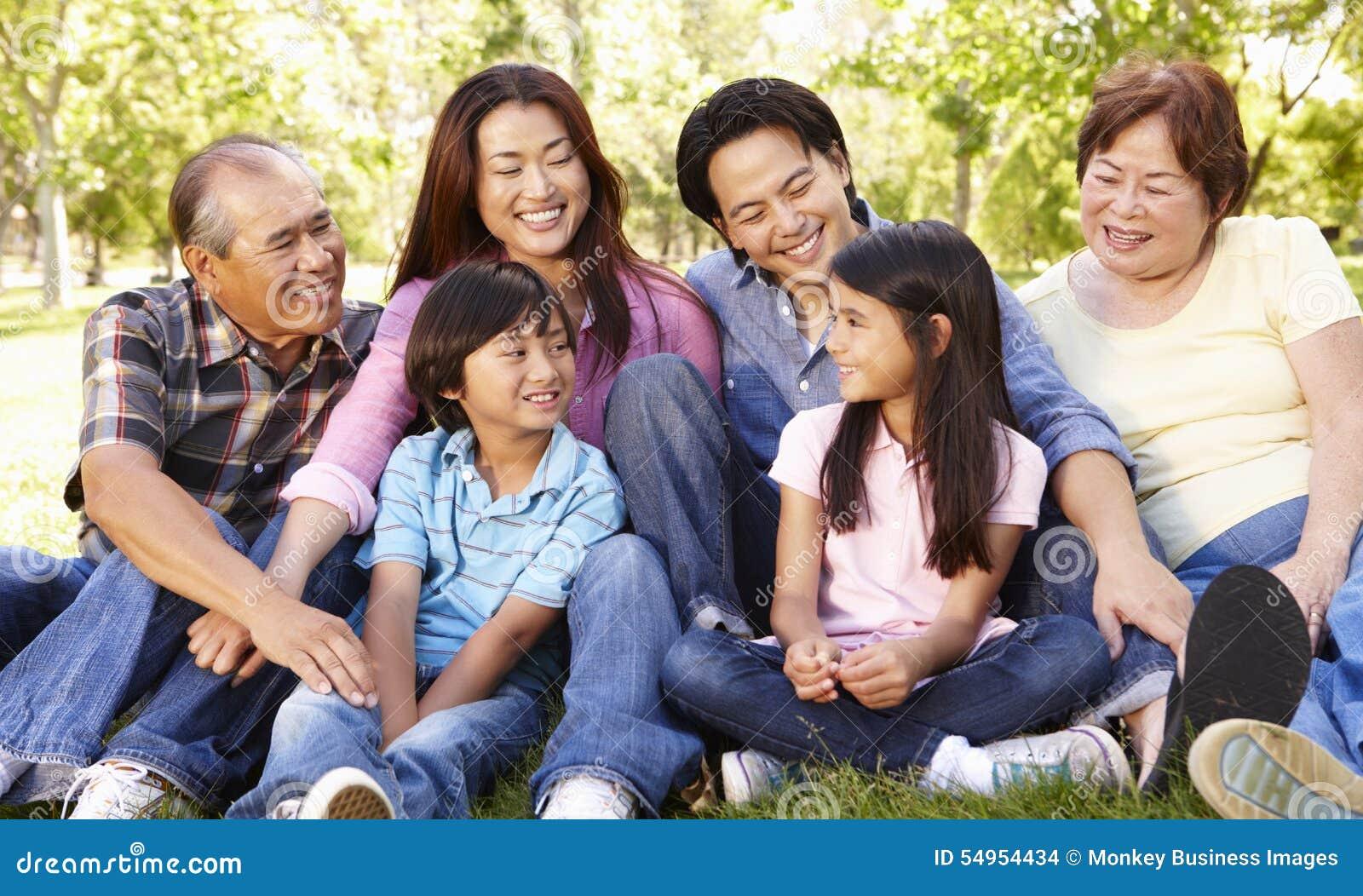 Ståendemång--utvecklingen parkerar den asiatiska familjen in