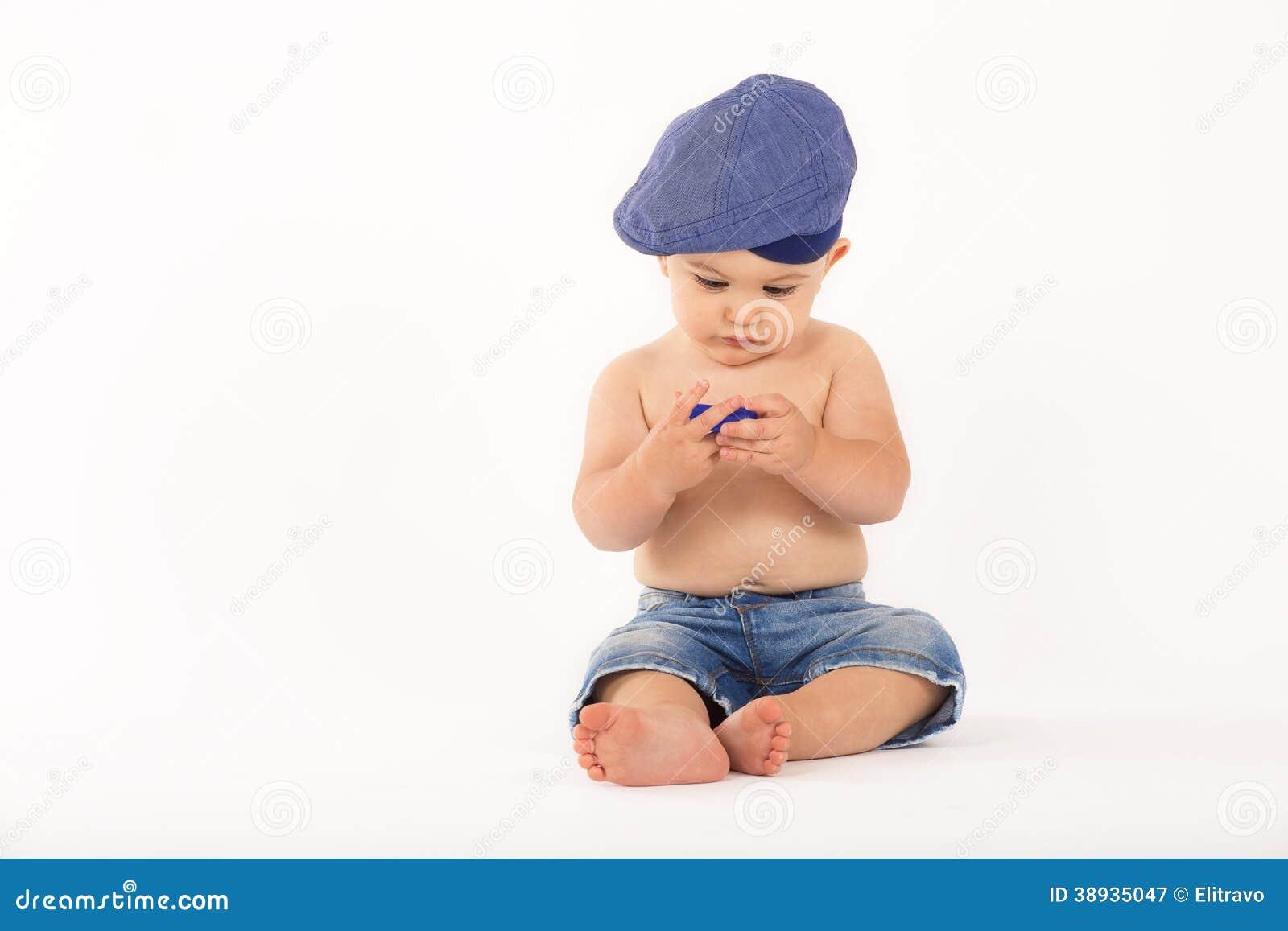 Ståenden av behandla som ett barn pojken på vit bakgrund