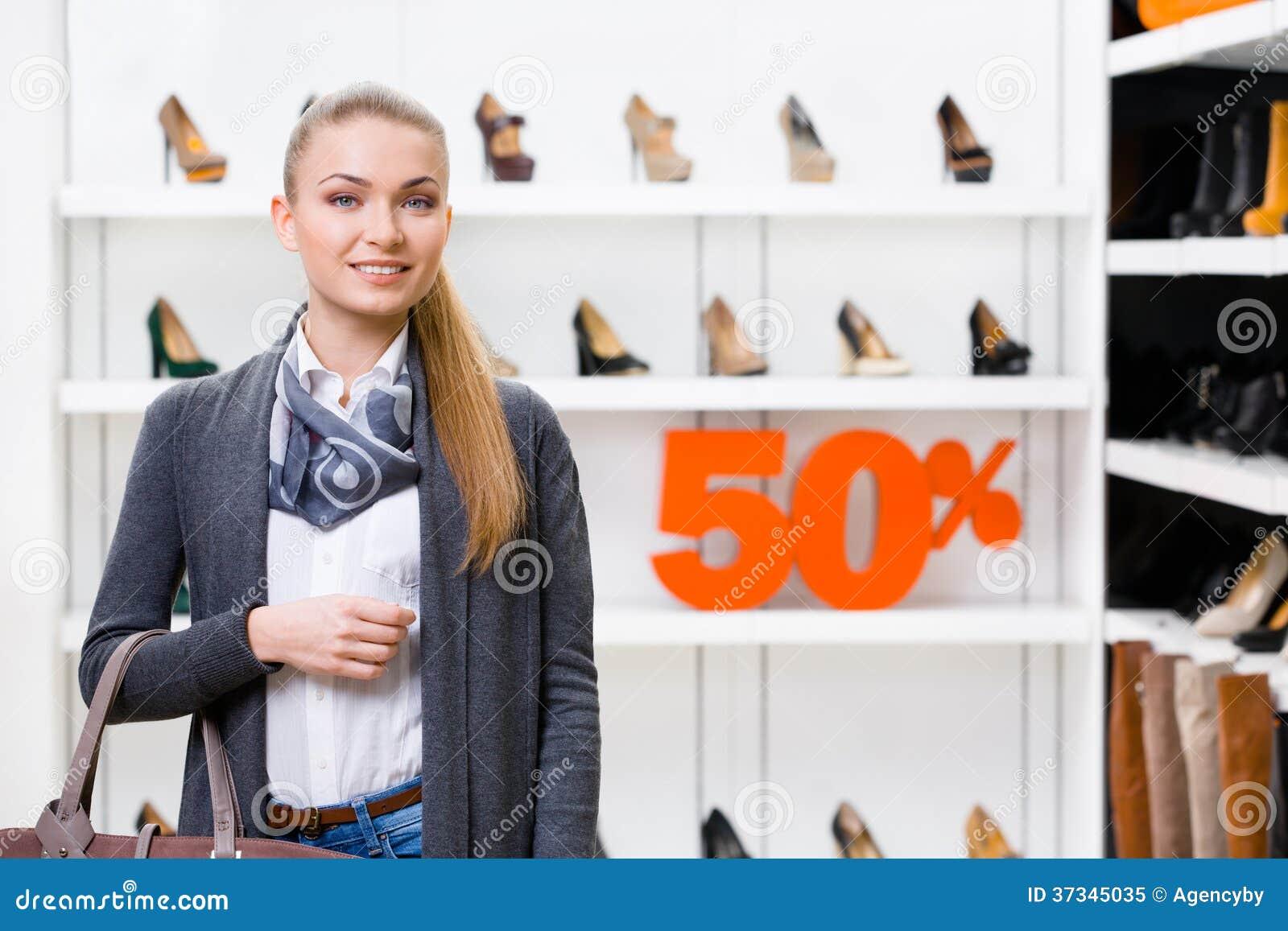 Ståenden av damen shoppar in med den 50  försäljningen