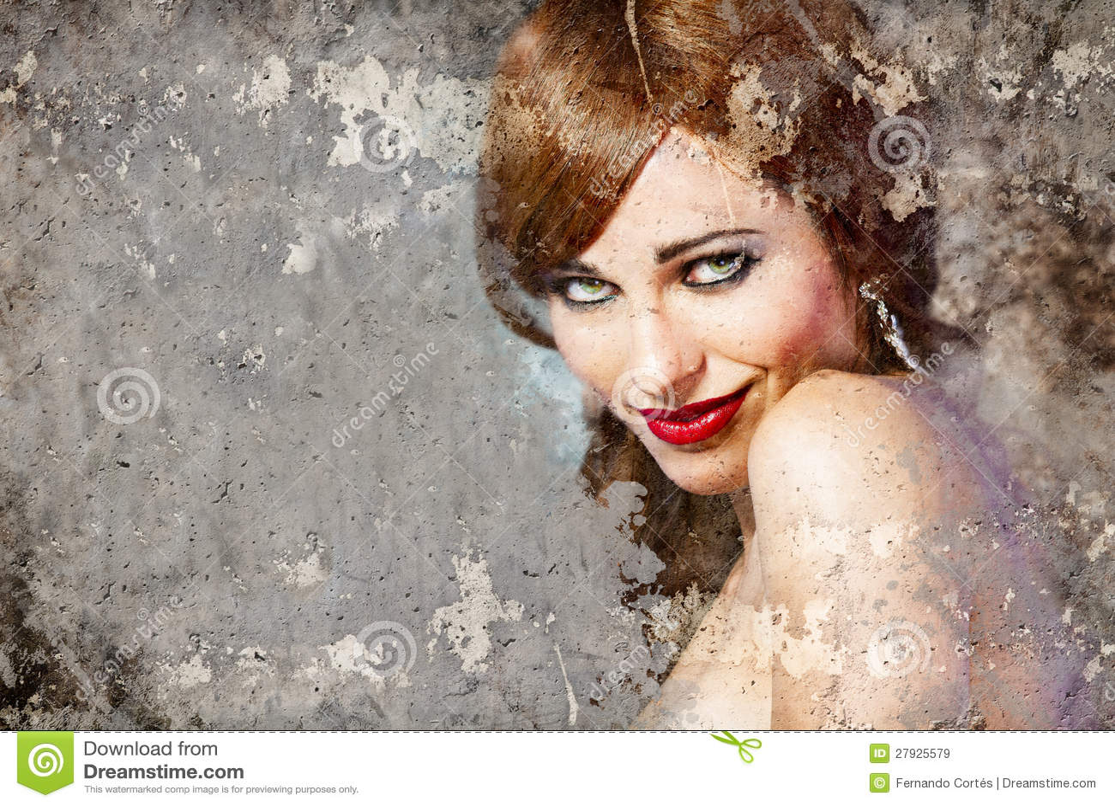 Ståenden av den härliga kvinnan över smutsar ner väggen, gatakonst