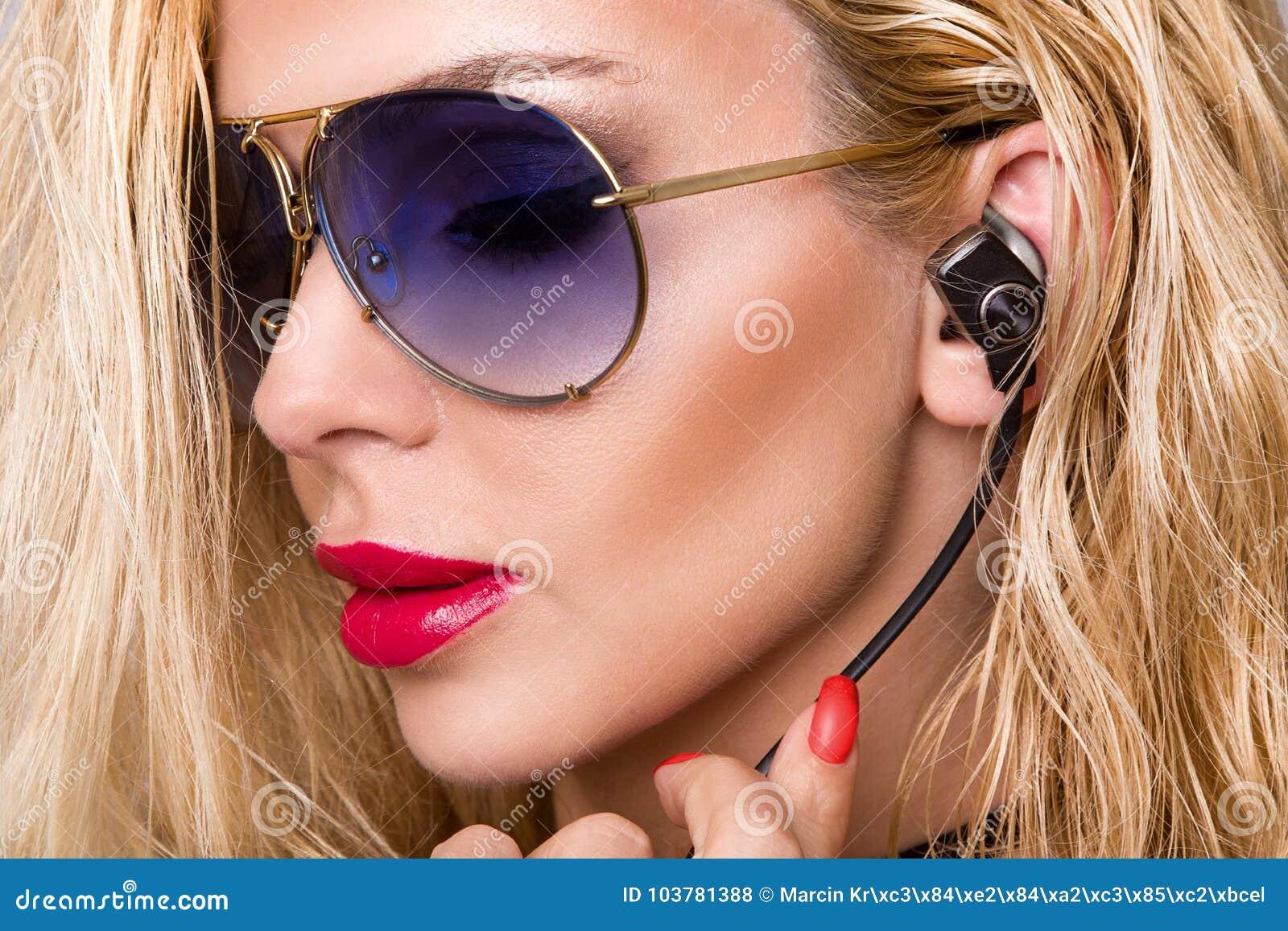 Ståenden av den härliga kvinnan med en perfekt framsida och att förbluffa ögon och en slät sammetslen hud av den sinnliga makeups