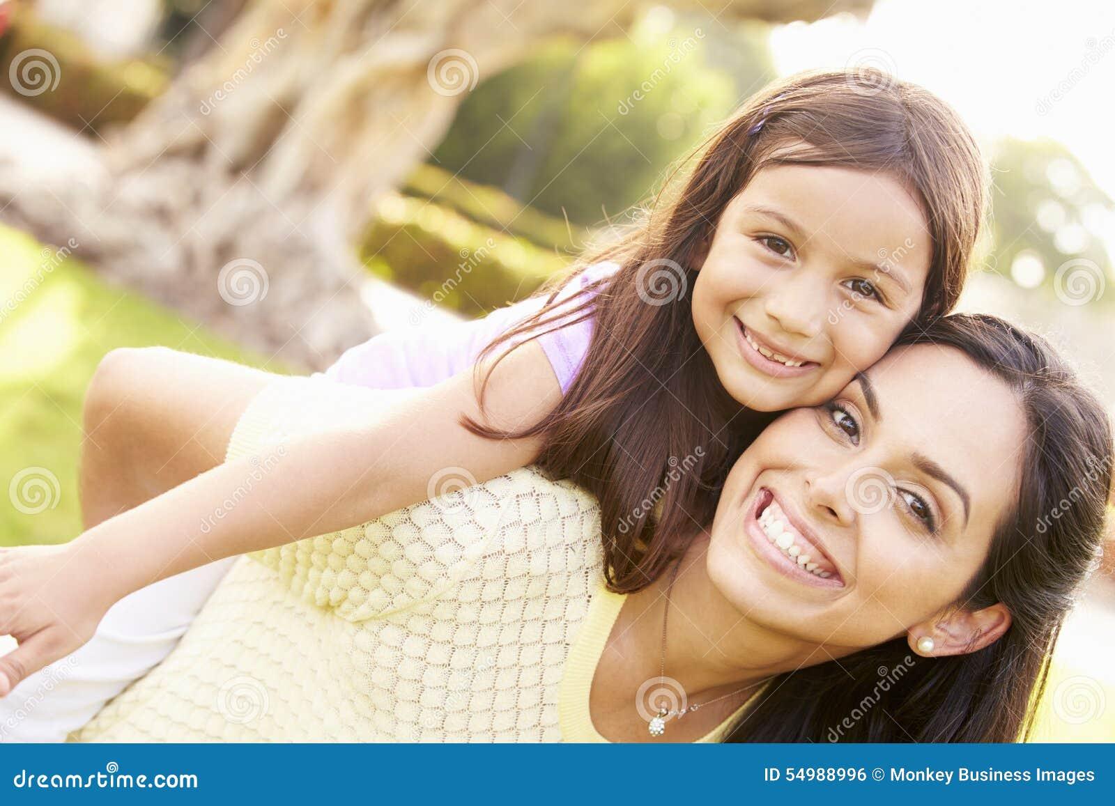 Ståenden av den latinamerikanska modern och dottern parkerar in