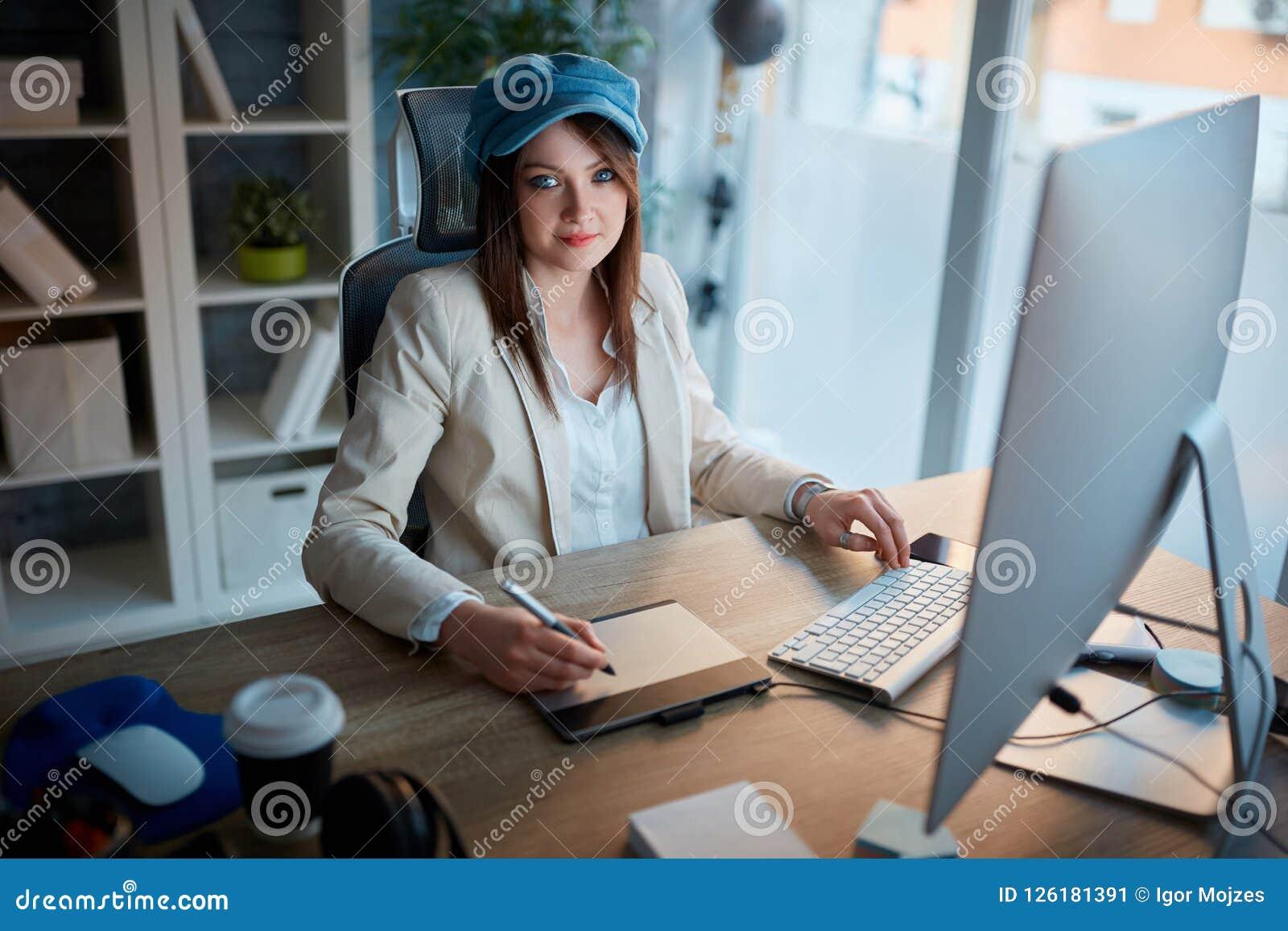 Ståenden av den lyckade affärskvinnan ägnas till hennes karriär a