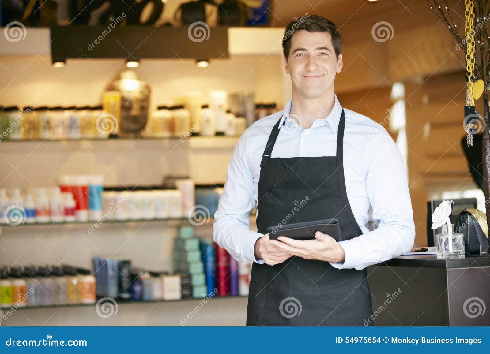 Ståenden av den manliga försäljningsassistenten i skönhetsprodukt shoppar