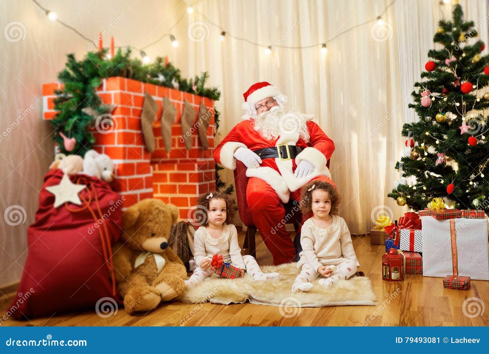 Ståenden av den tvilling- Santa Claus och flickan behandla som ett barn, barnet i rummet b