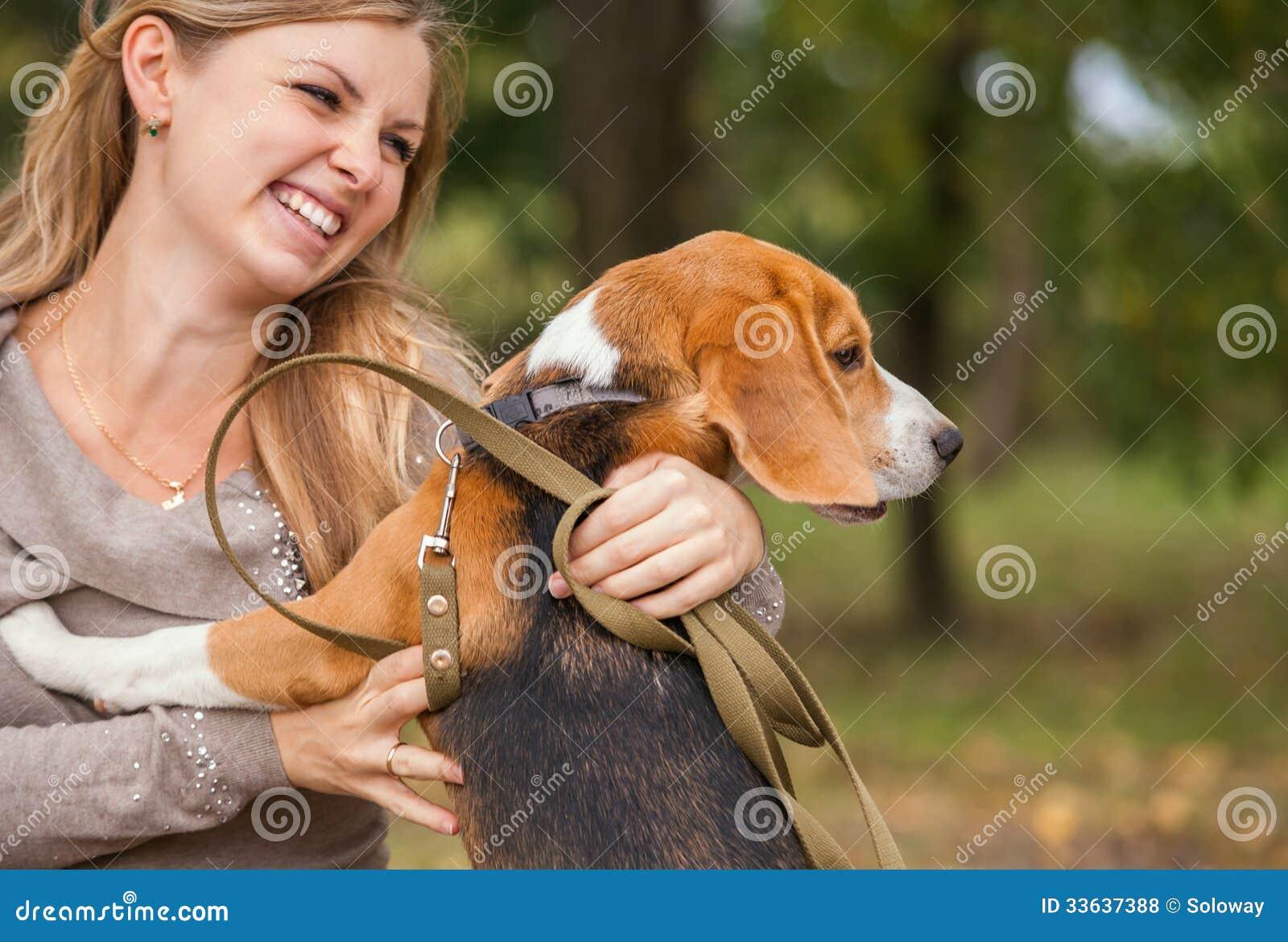 Ståenden av den unga kvinnan med hennes husdjur
