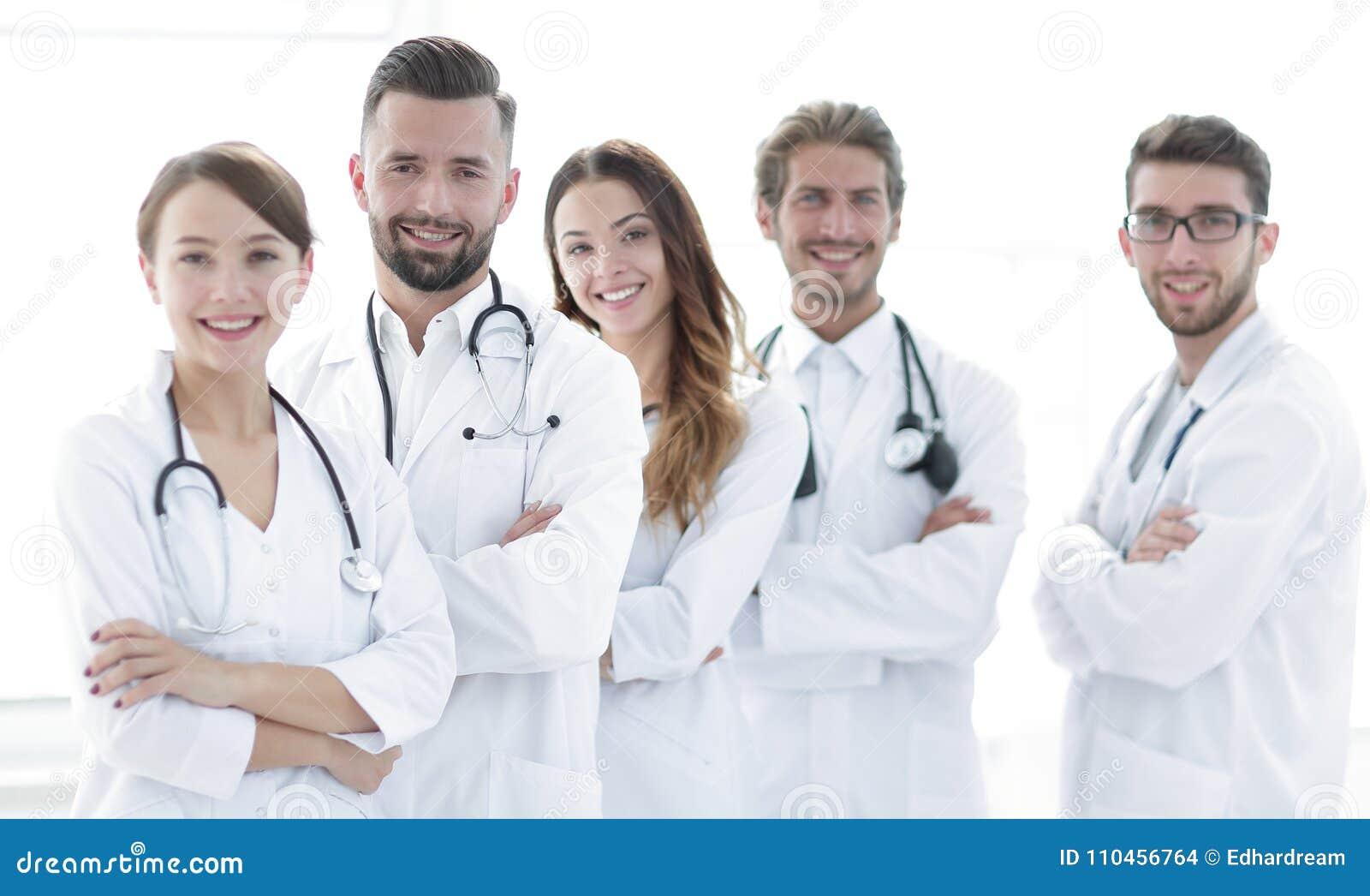 Ståenden av en lyckad grupp av doktorer internerar