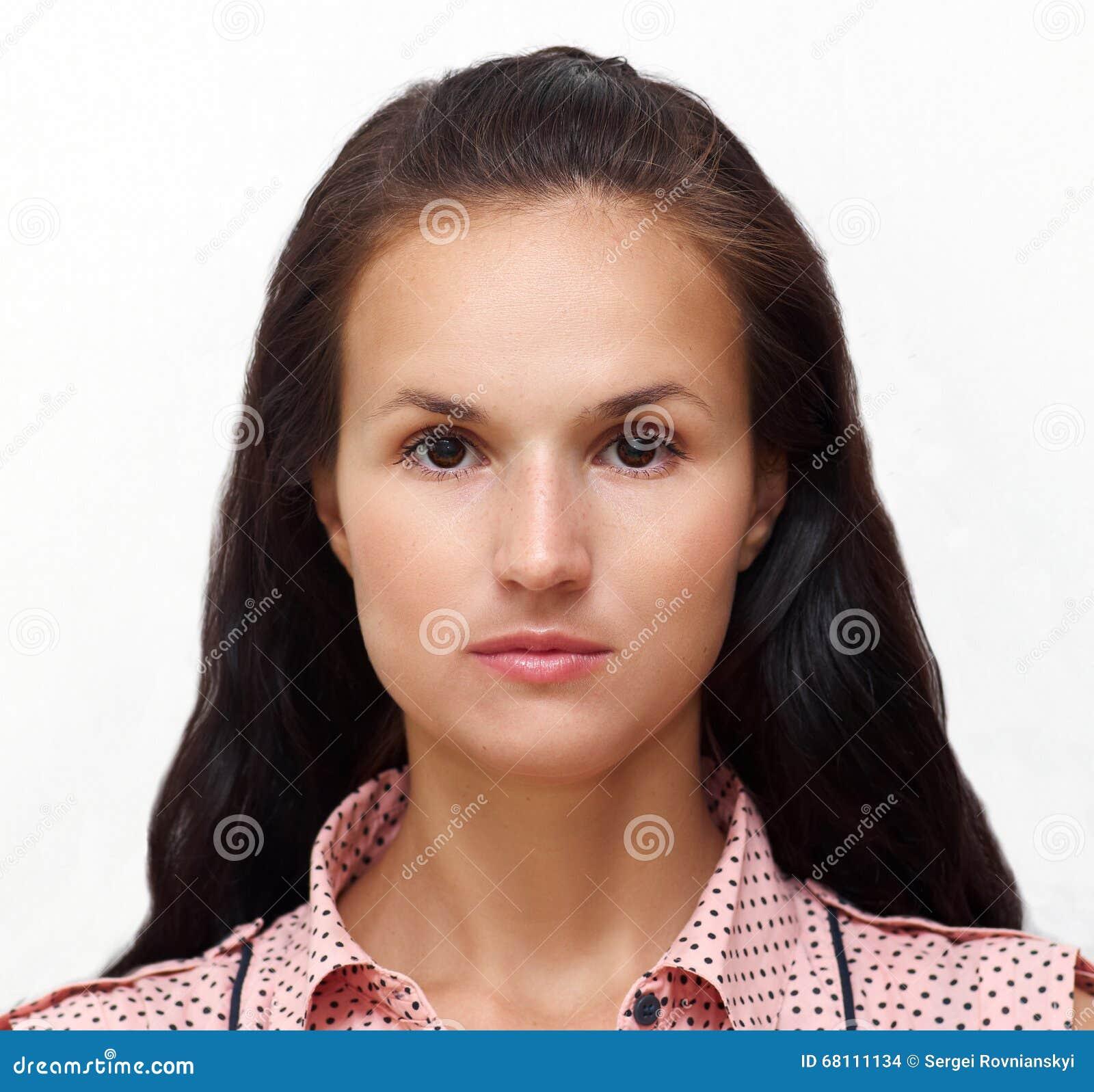 Ståenden av en ung nätt kvinna med charmigt stillar blick