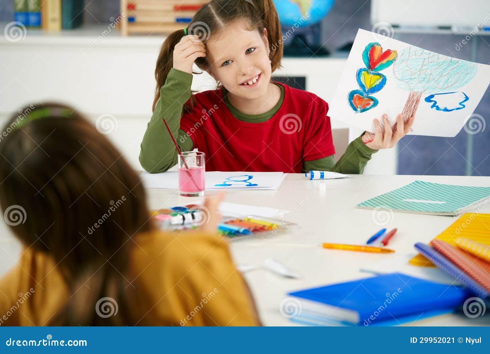 Barn som målar i konst, klassificerar på grundskolan