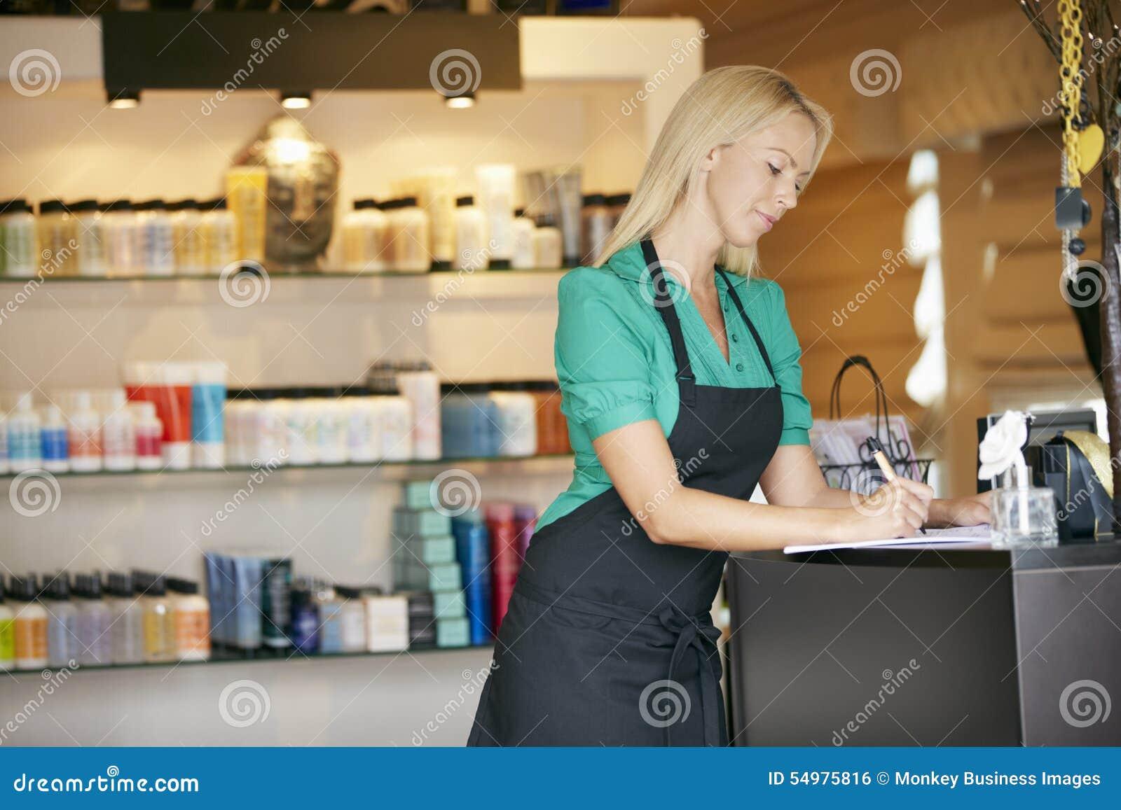 Ståenden av försäljningsassistenten i skönhetsprodukt shoppar