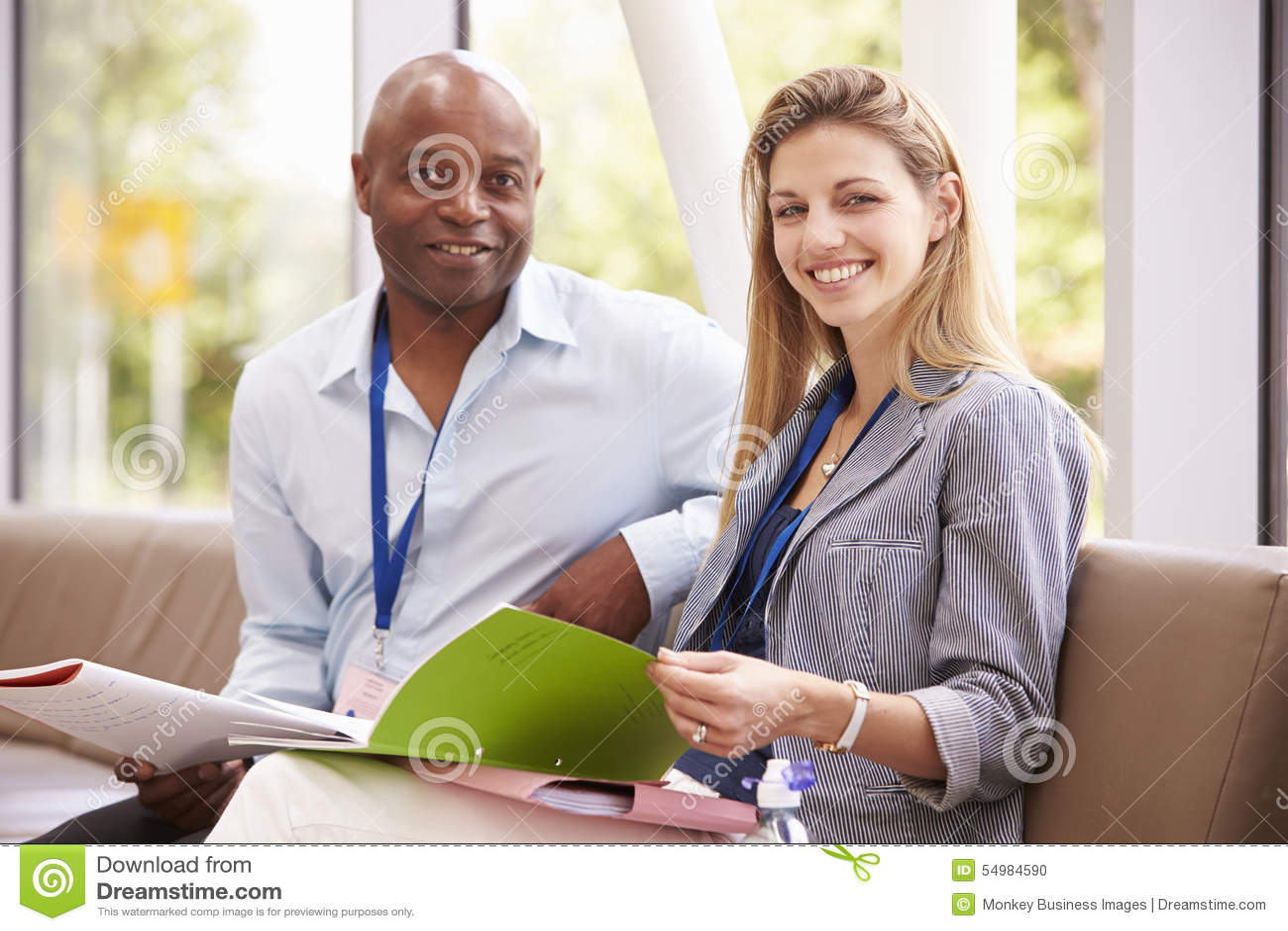 Ståenden av högskola två handleder att ha diskussion tillsammans