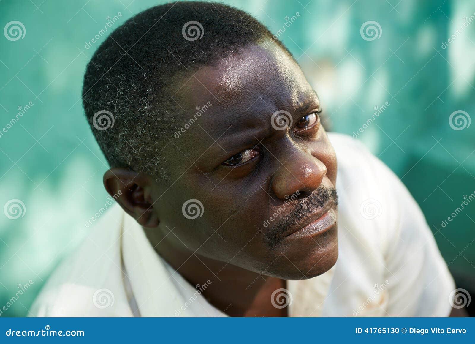 Ståenden av mitt åldrades den afrikanska mannen som stirrar kameran