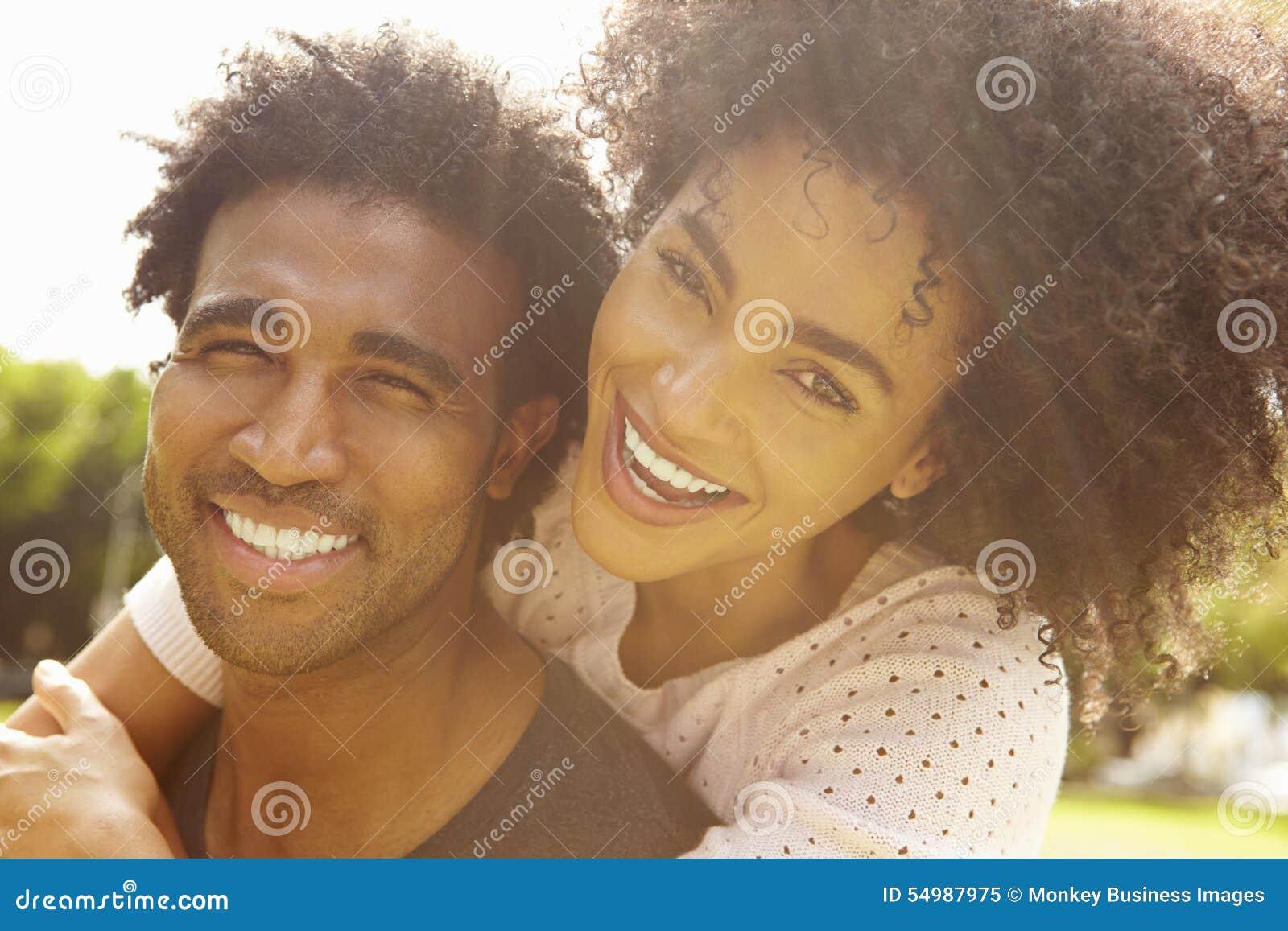 Ståenden av romantiska par som in kopplar av, parkerar