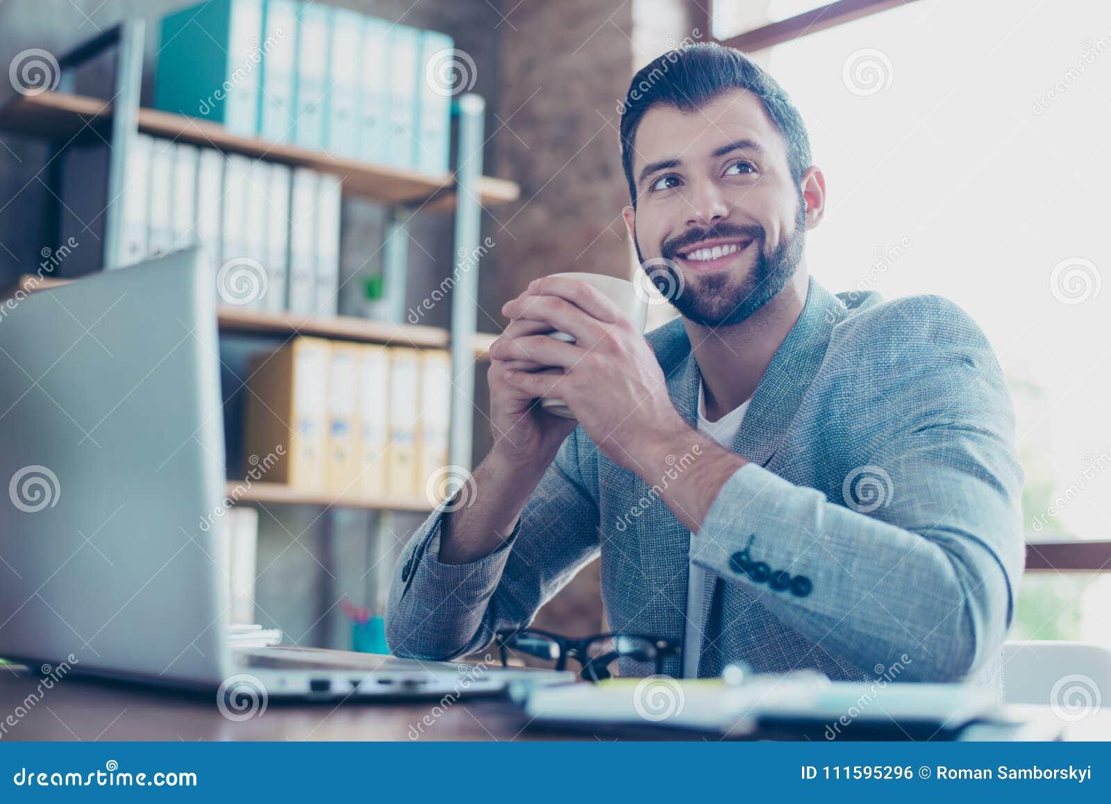 Ståenden av stiligt, brunett och att le, den lyckliga advokaten som rymmer rånar