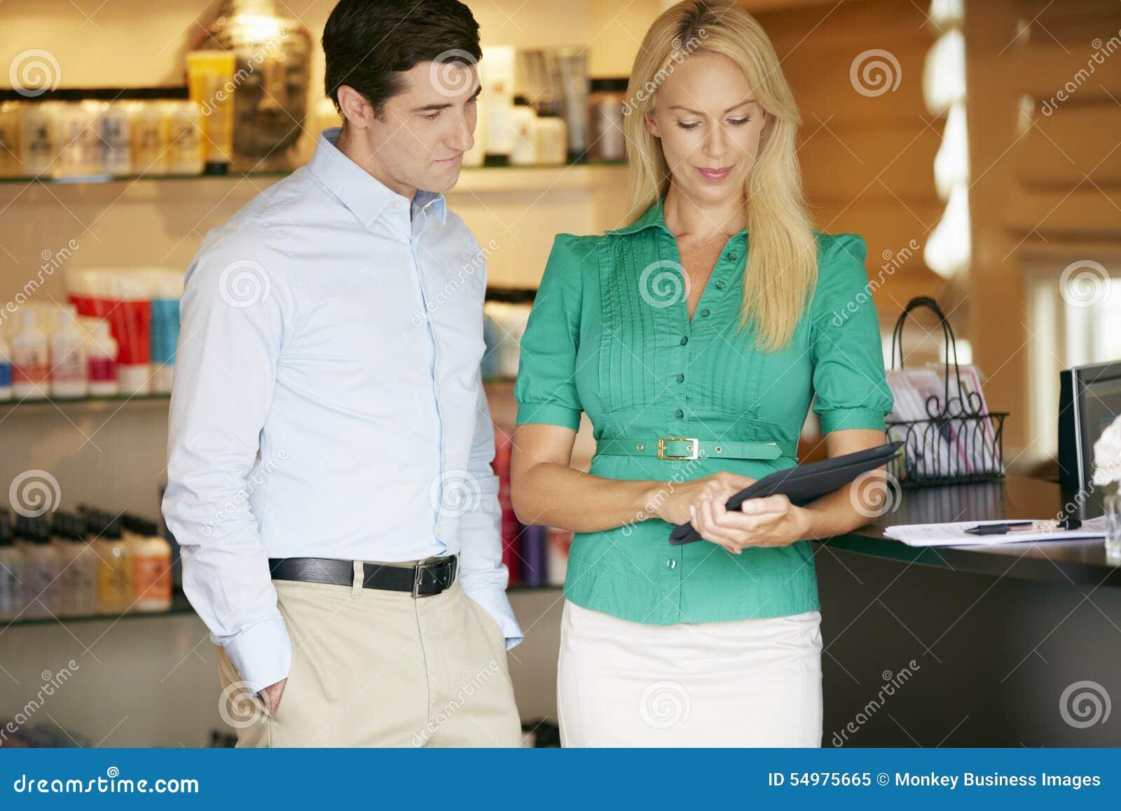 Ståendeskönhetsprodukten shoppar chefer som använder den Digital minnestavlan