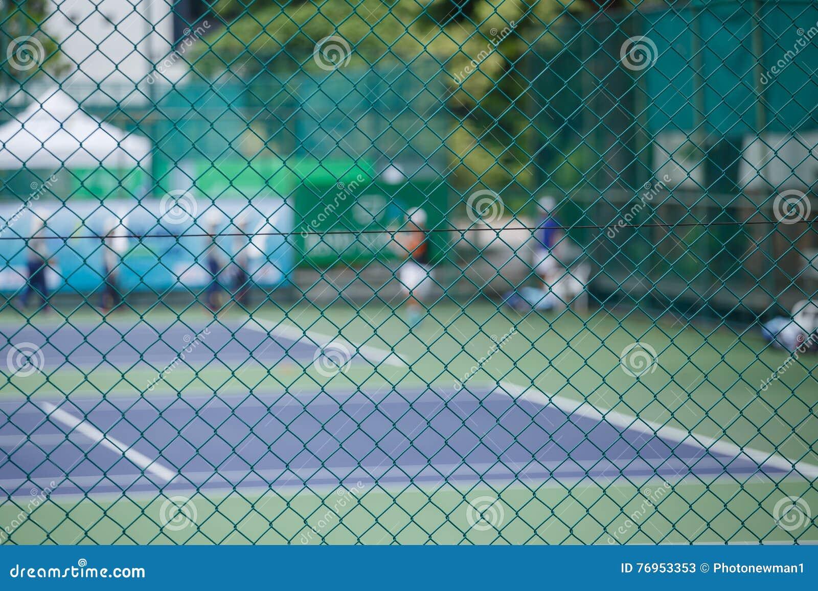 Stålingreppsstaket av tennisbanorna
