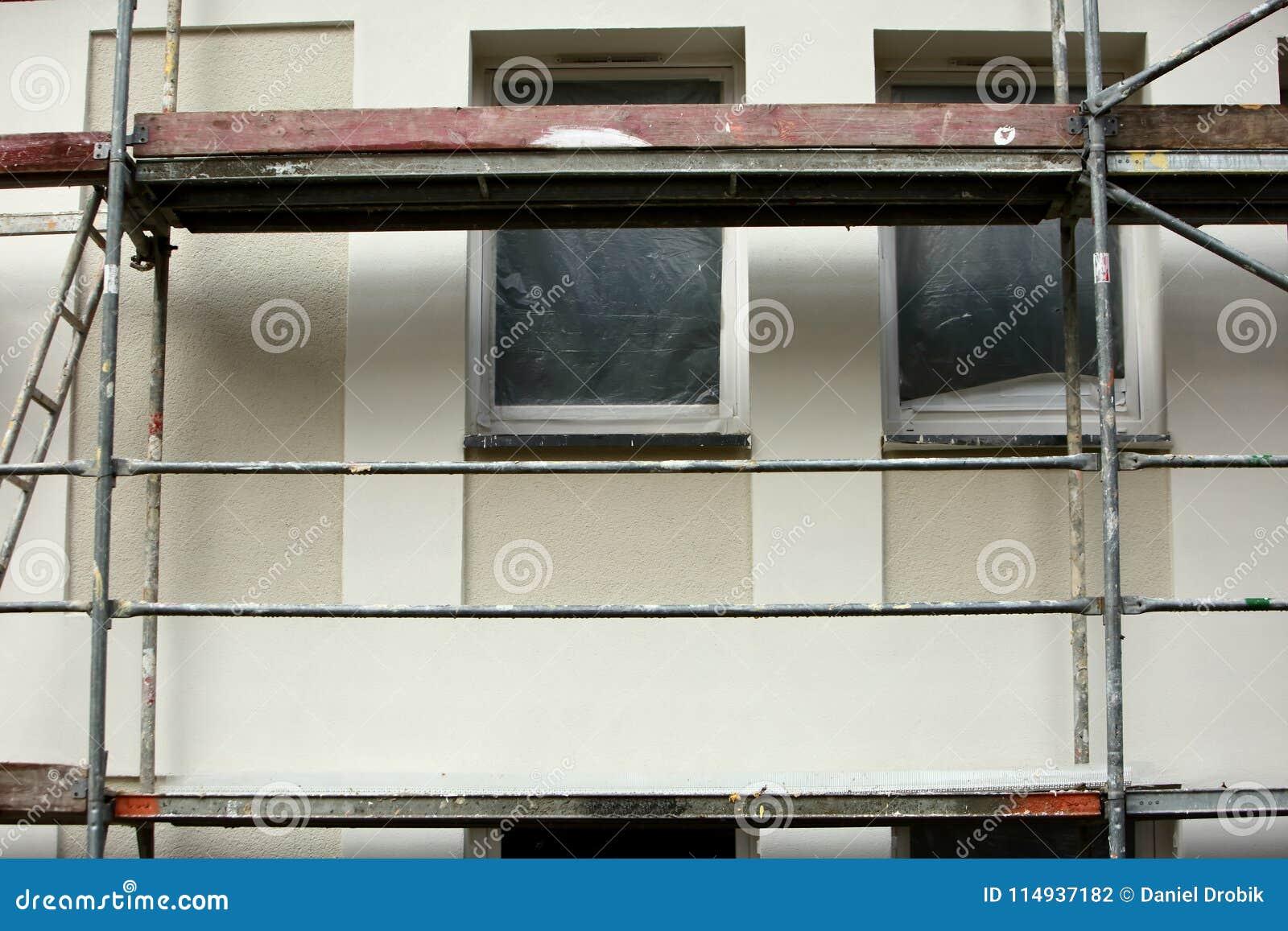 Stålmaterial till byggnadsställning som används för façaderenoveringarbeten