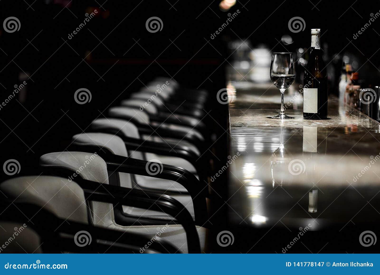 Stångtabell, stolar, flaska och exponeringsglas