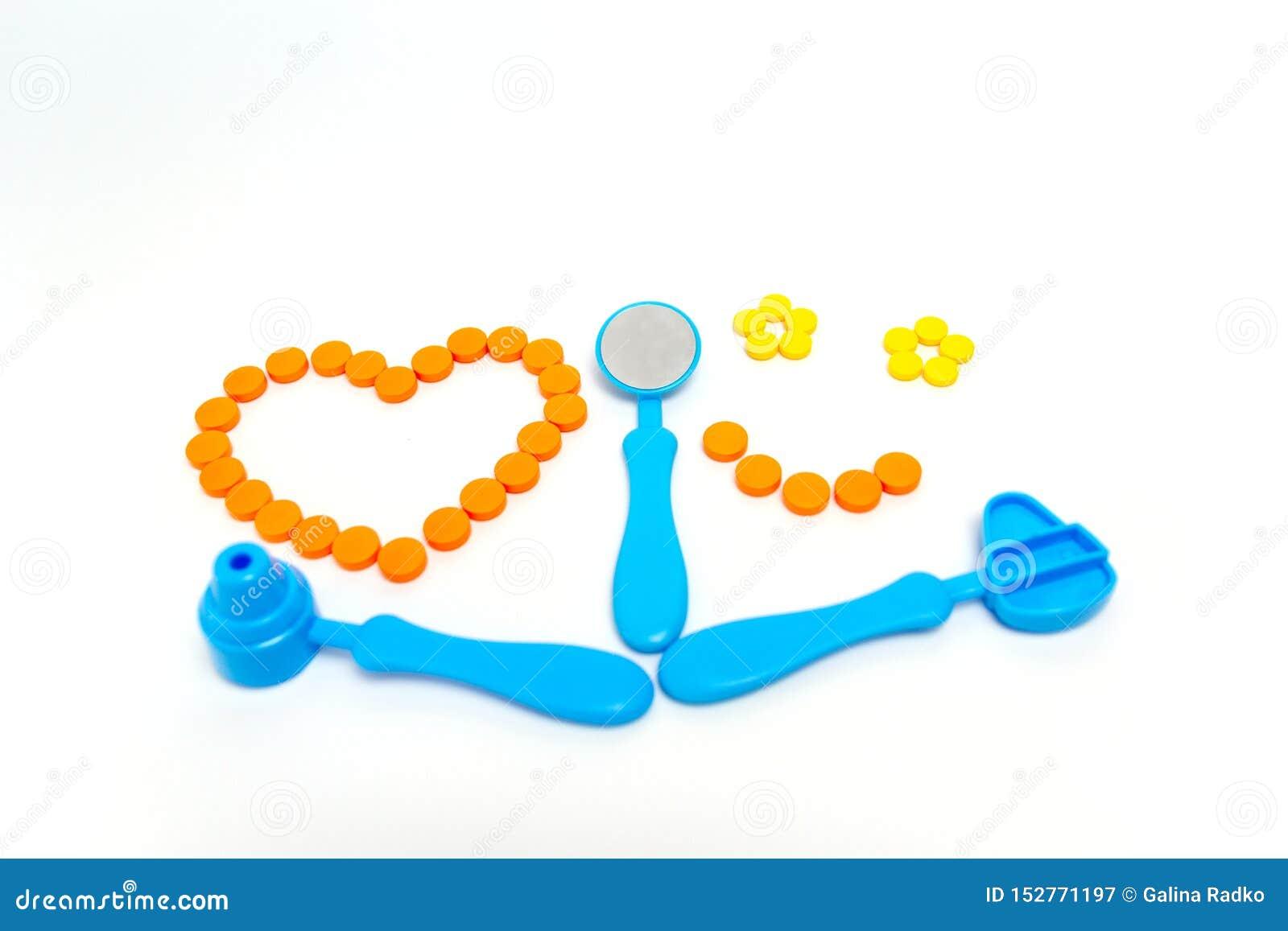 Stéthoscope bleu, otoscope, marteau, miroir dentaire d isolement sur le fond blanc st?thoscope r?gl? d argent de m?decine de mens