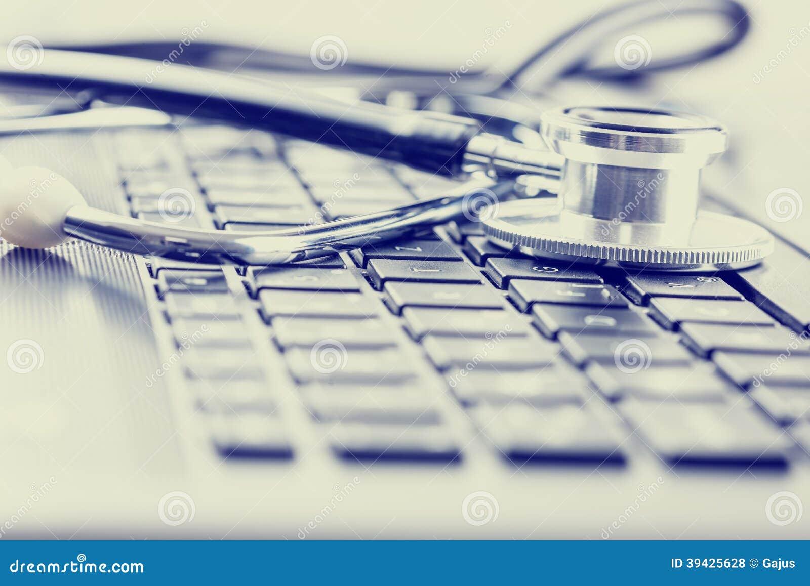 Stéthoscope médical sur le clavier d ordinateur