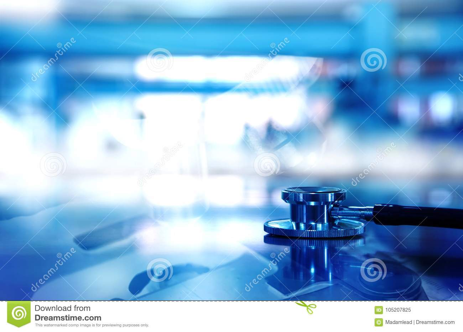 Stéthoscope pour le diagnostic de docteur avec le fond de microscope à b