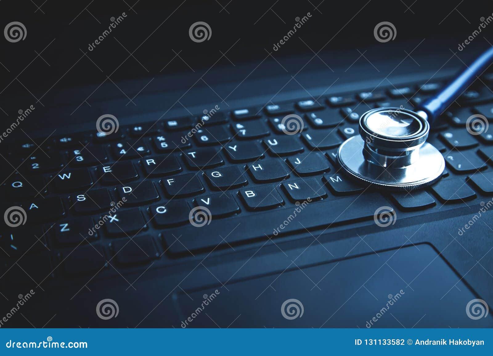 Stéthoscope sur le clavier d ordinateur portatif Concept de Ne médical de technologie