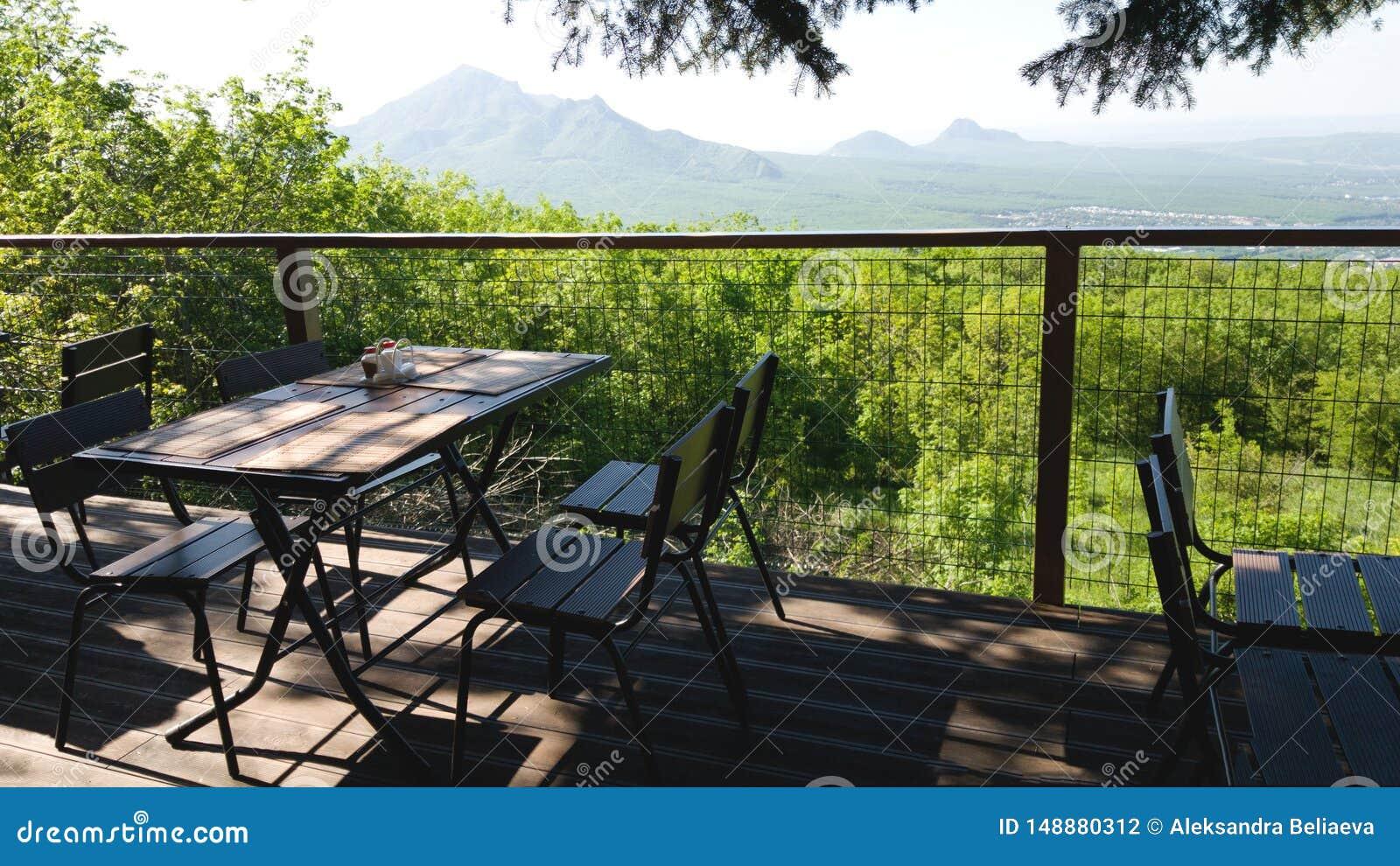 Stół i krzesła jeden uliczne restauracje z pięknym widokiem góry i pola Romantyczny plenerowy i spotkanie