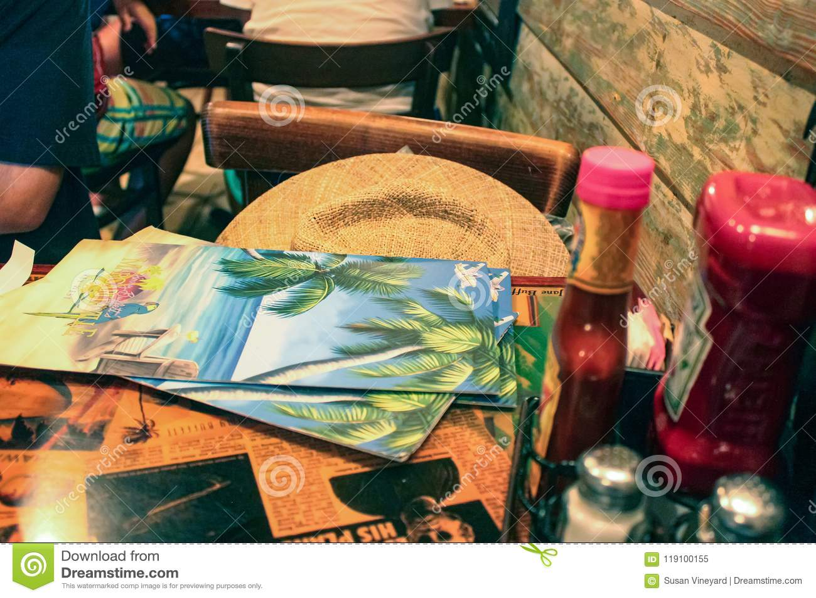 Stół przy Margaritaville z menu i usa kapeluszu i condiments Key West Floryda