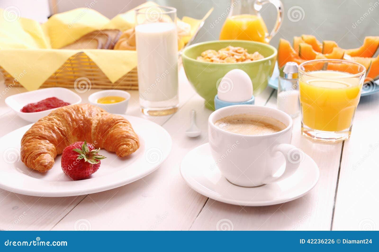Stół ustawiający dla śniadania z zdrowym jedzeniem