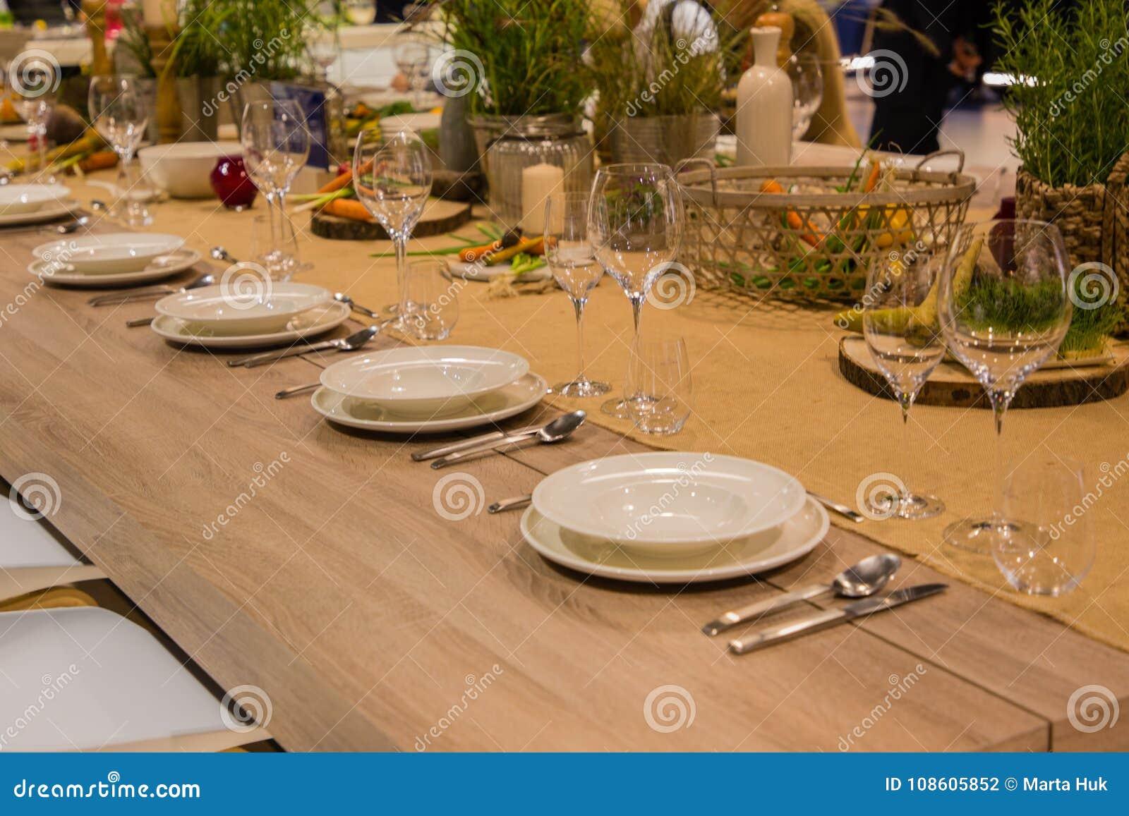 Stół w restauraci słuzyć dla kilka persons z szkłami i talerzami