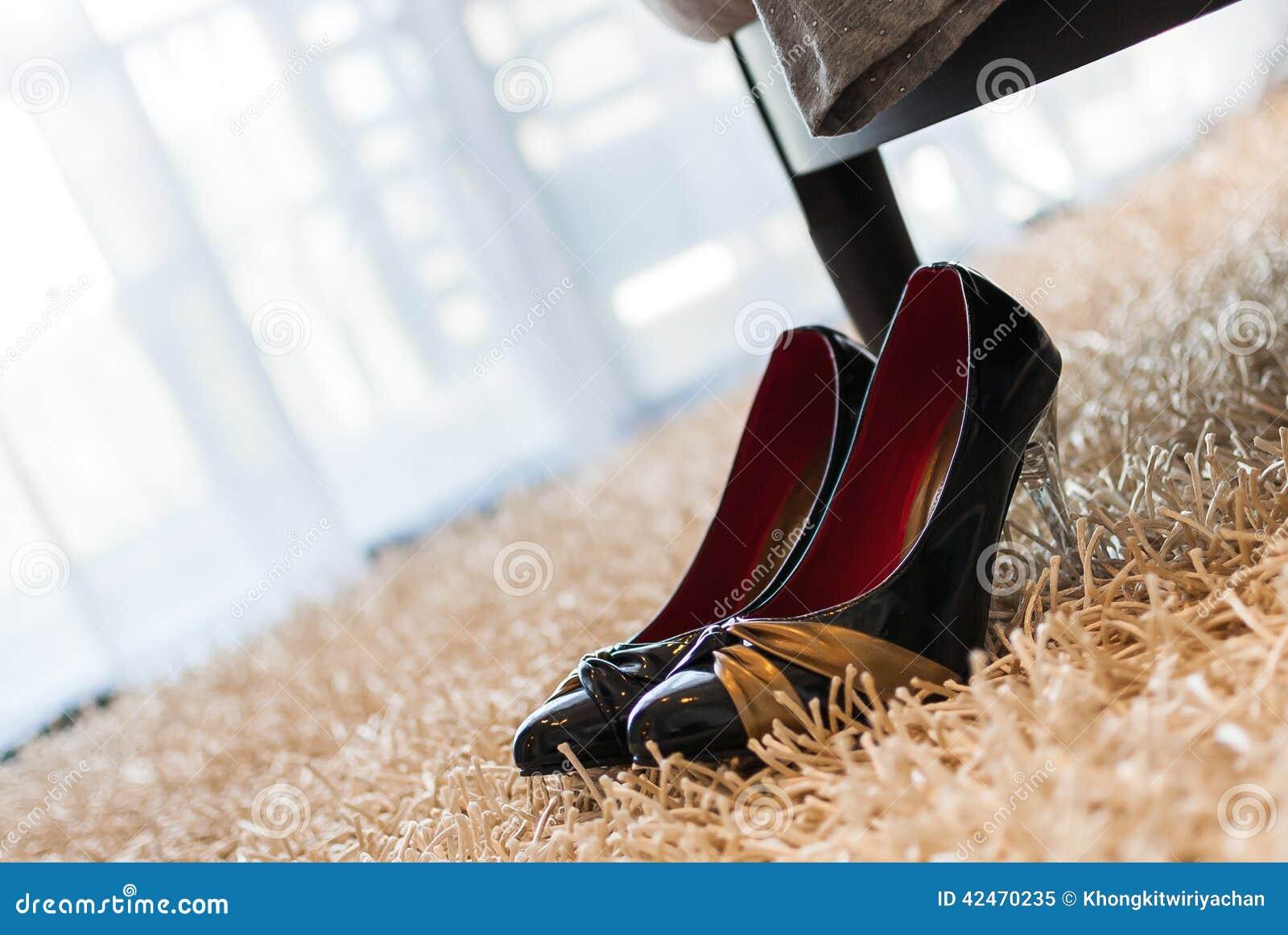 Stöckelschuh auf Teppich