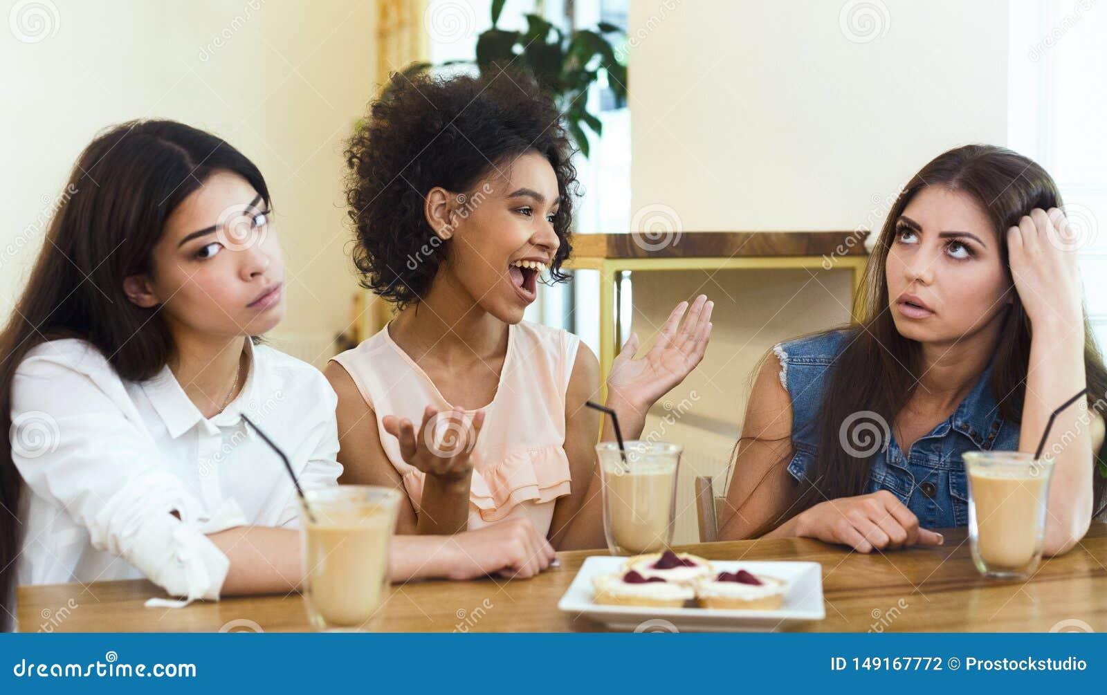 St?render gespr?chiger Freund, der im Caf? mit M?dchen sitzt