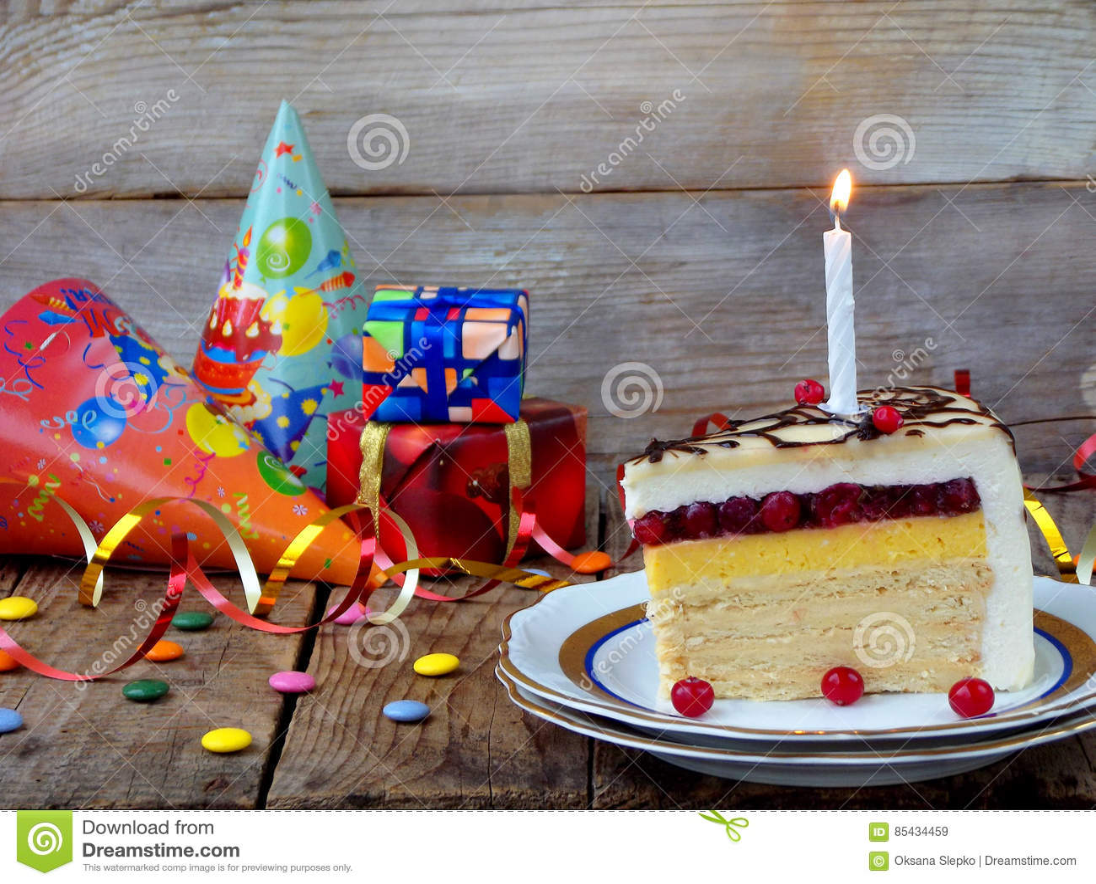 Stück Kuchen ` Napoleon-` mit brennenden Kerzen Geburtstag Weicher Fokus Kopieren Sie Platz