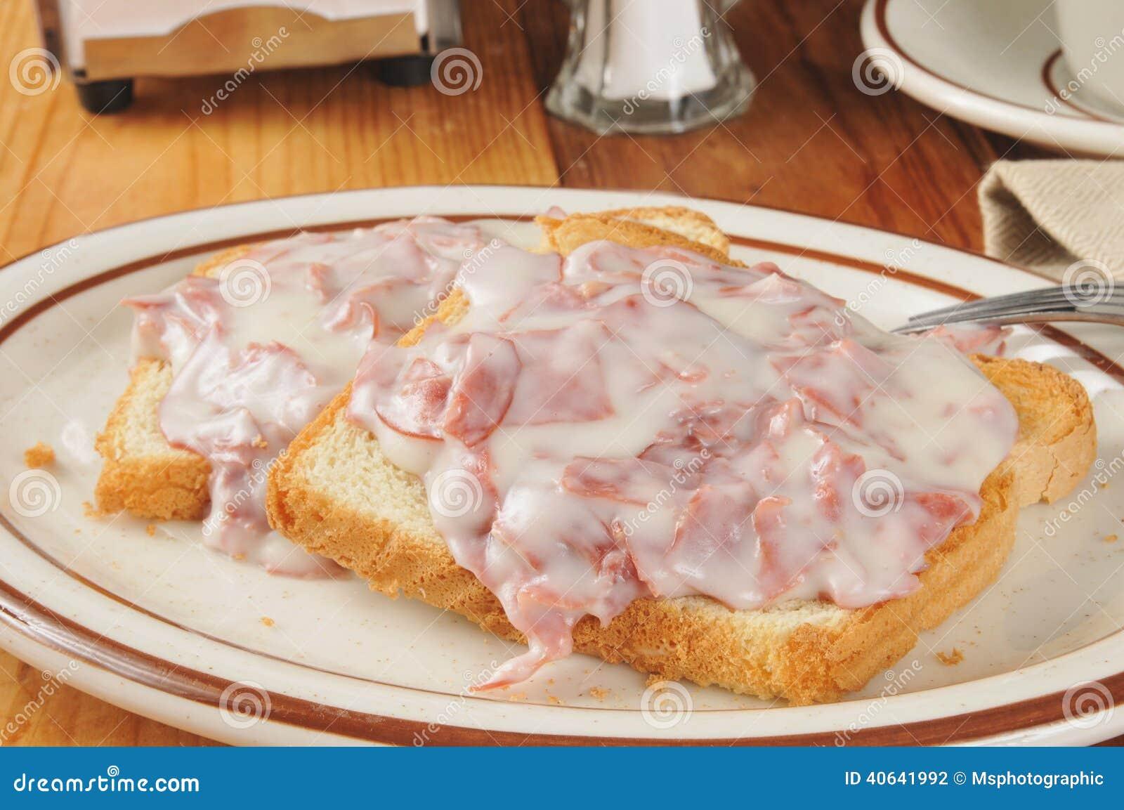 In Stücke geschnittenes Rindfleisch auf Toast