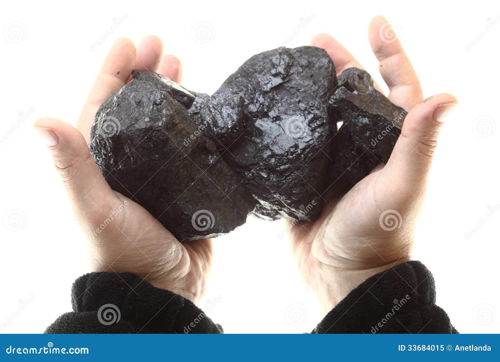 Stücke Kohle in der Hand lokalisiert auf weißem Hintergrund