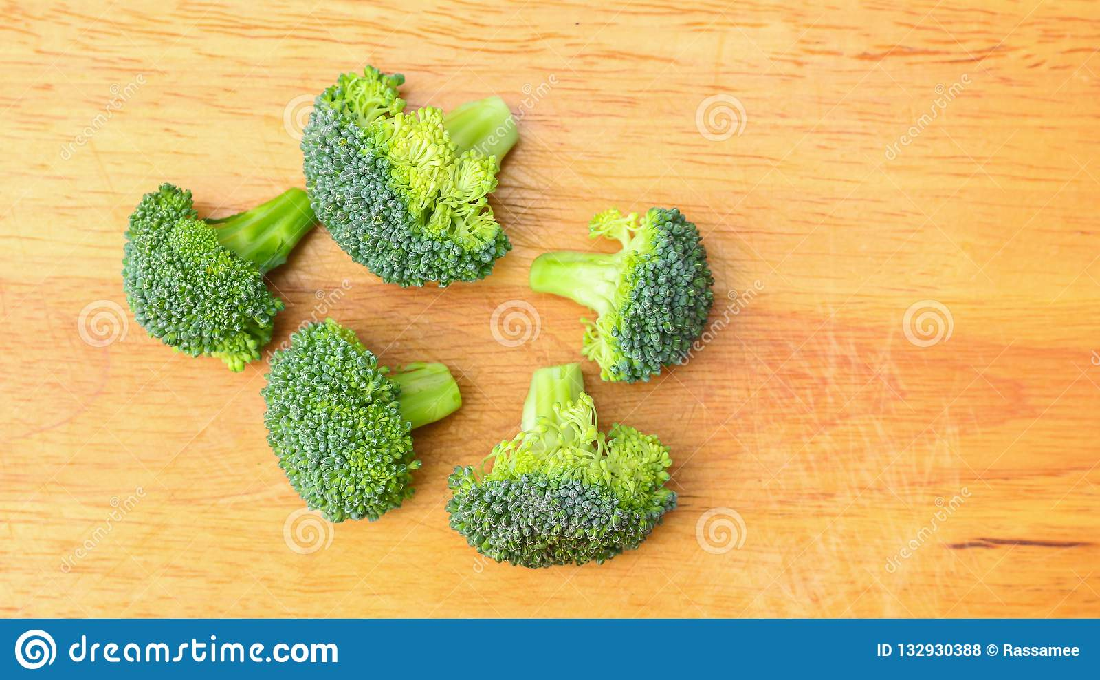 Stücke neue broccolies auf hackendem Brett